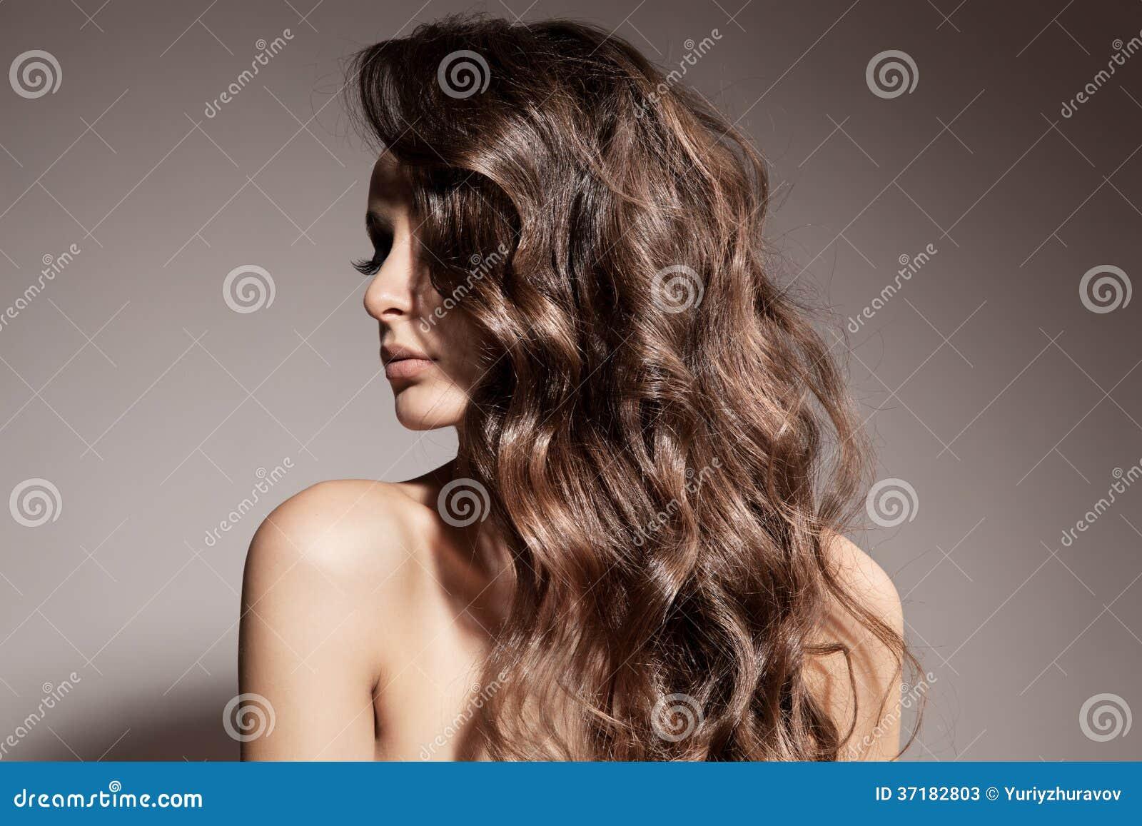 Belle femme de brune. Longs cheveux bouclés.