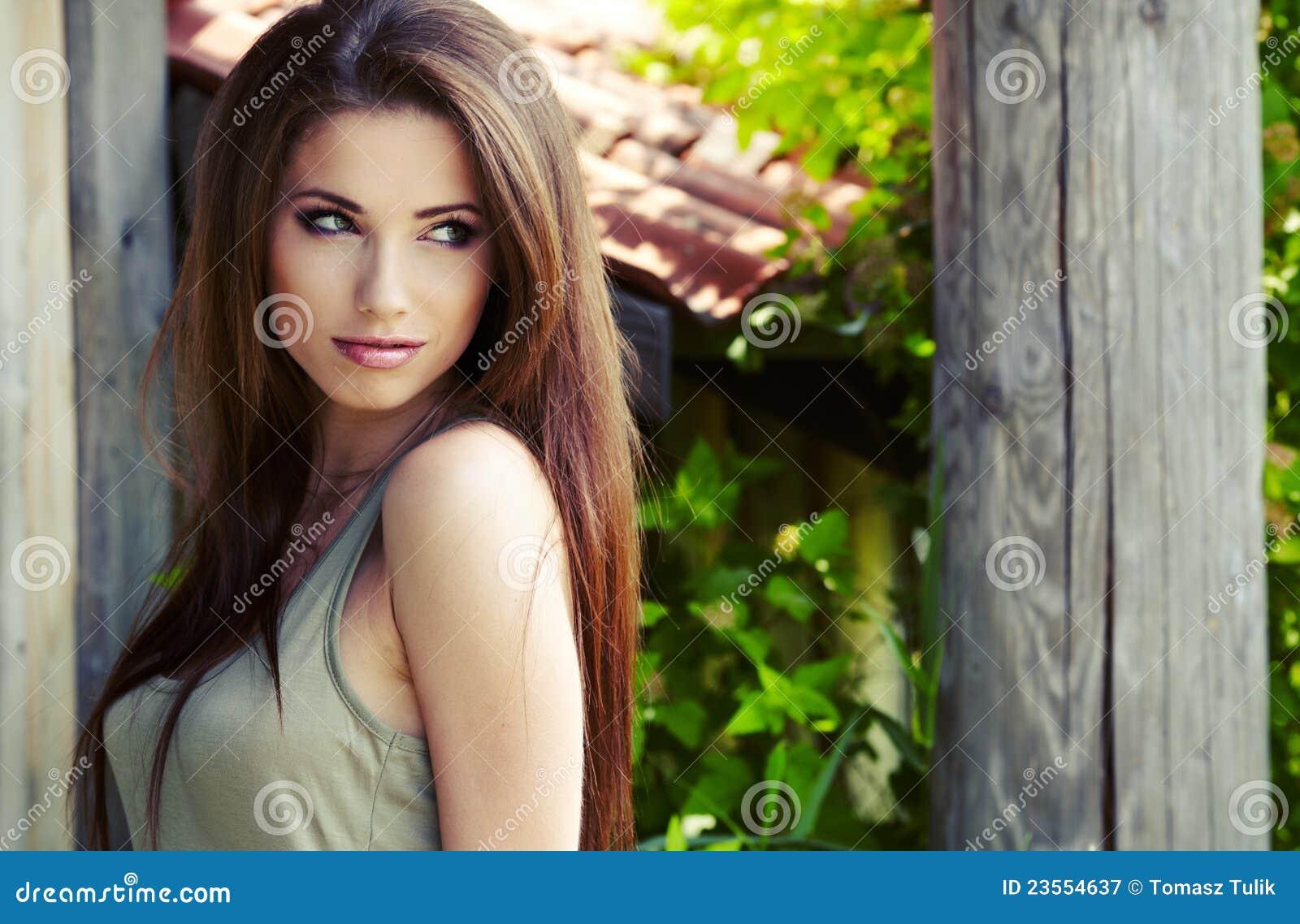 Belle femme de brunette
