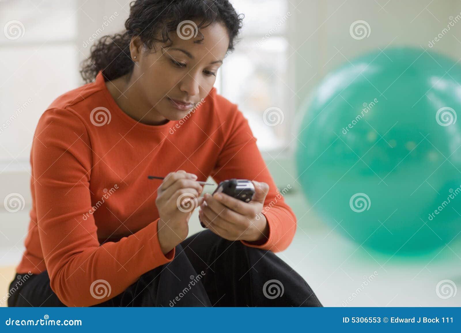 Belle femme de couleur texting