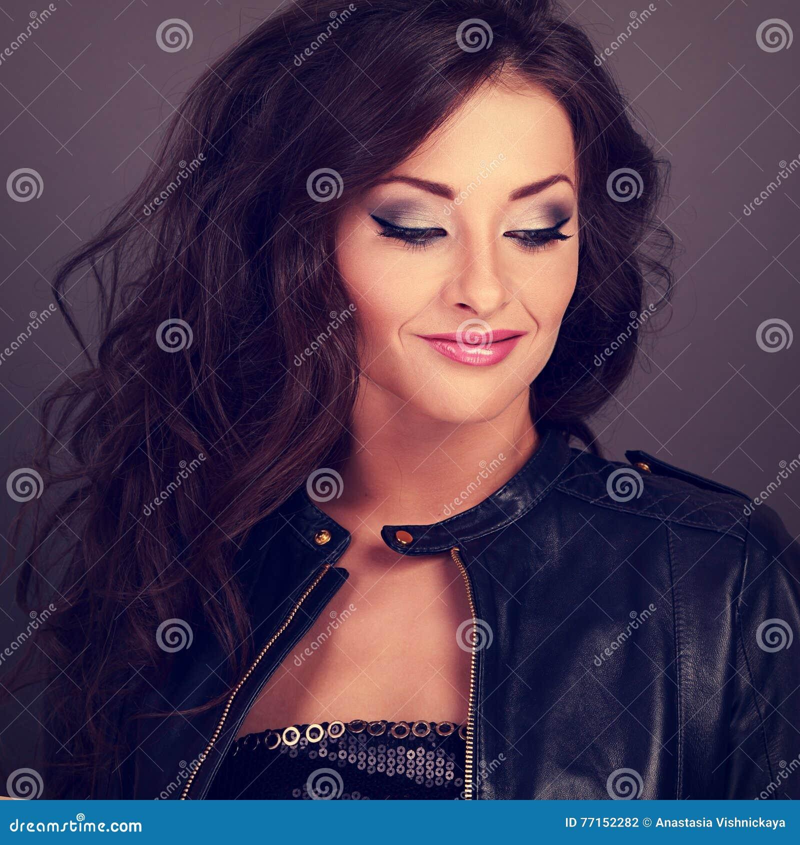Belle femme de maquillage de soirée avec la coiffure bouclée de long volume