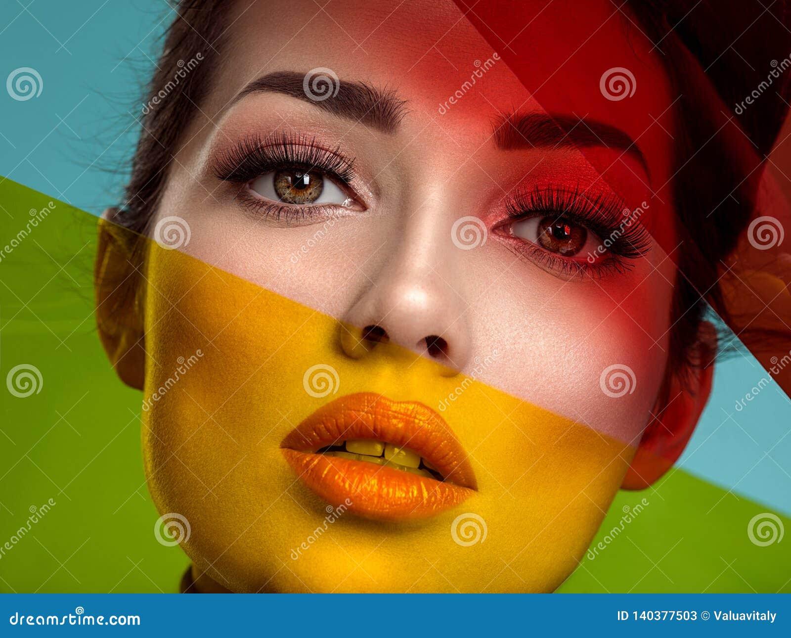 Belle femme de mode avec articles colorés Fille blanche attirante avec le maquillage de corail vivant