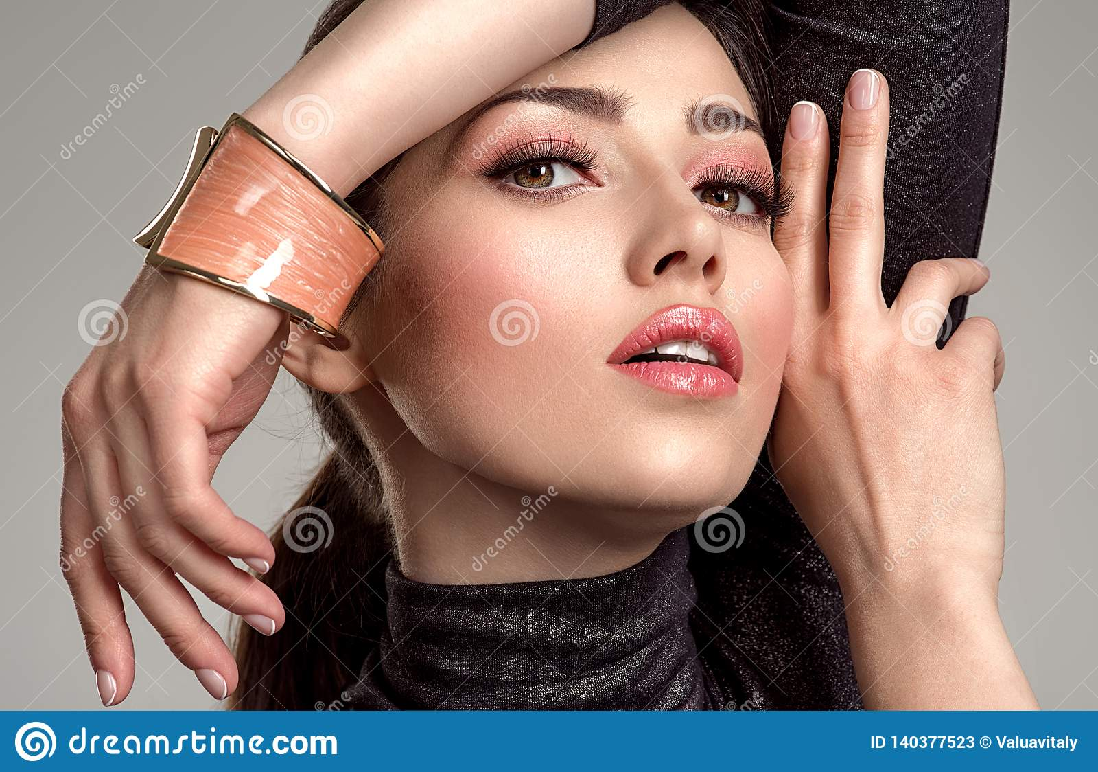 Belle femme de mode avec le rouge à lèvres de corail vivant La fille blanche attirante porte les bijoux de luxe