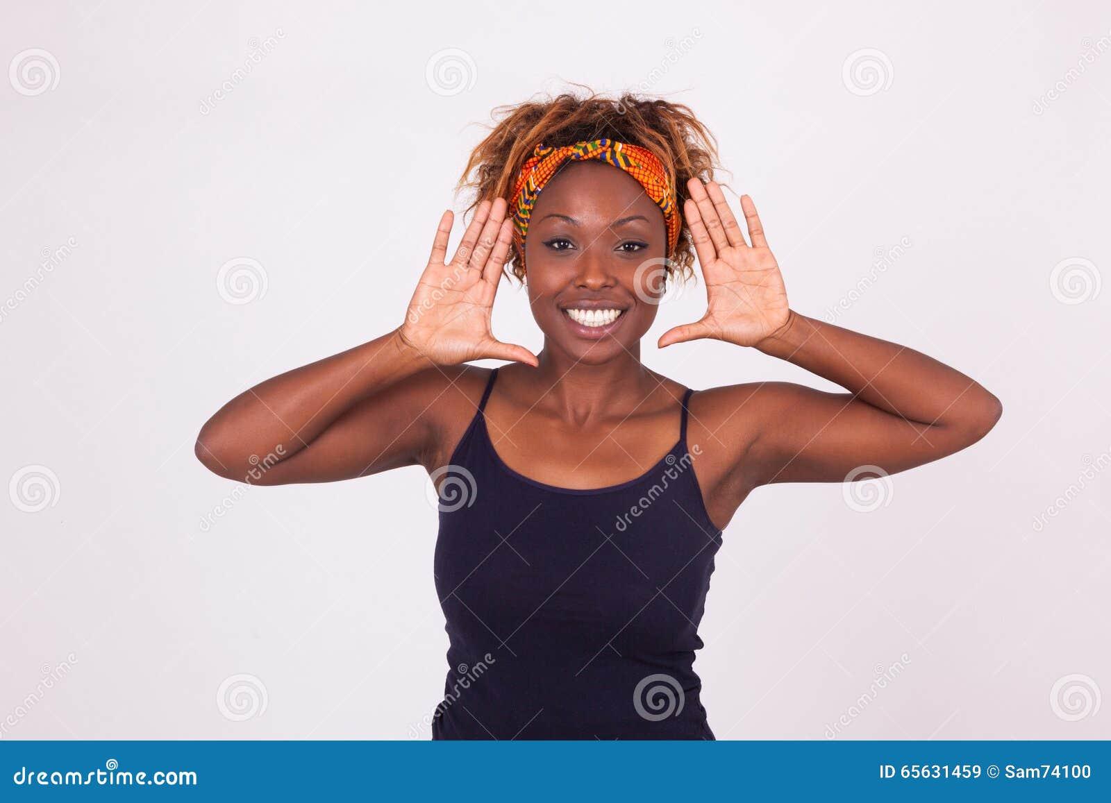 Belle femme de sourire d Afro-américain faisant le cadre faire des gestes des WI