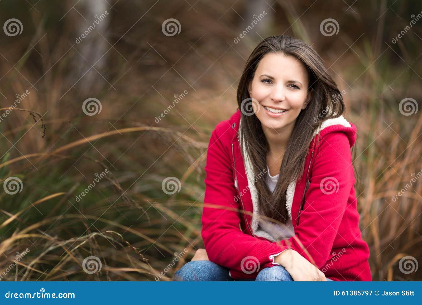 Belle femme de sourire dans l herbe
