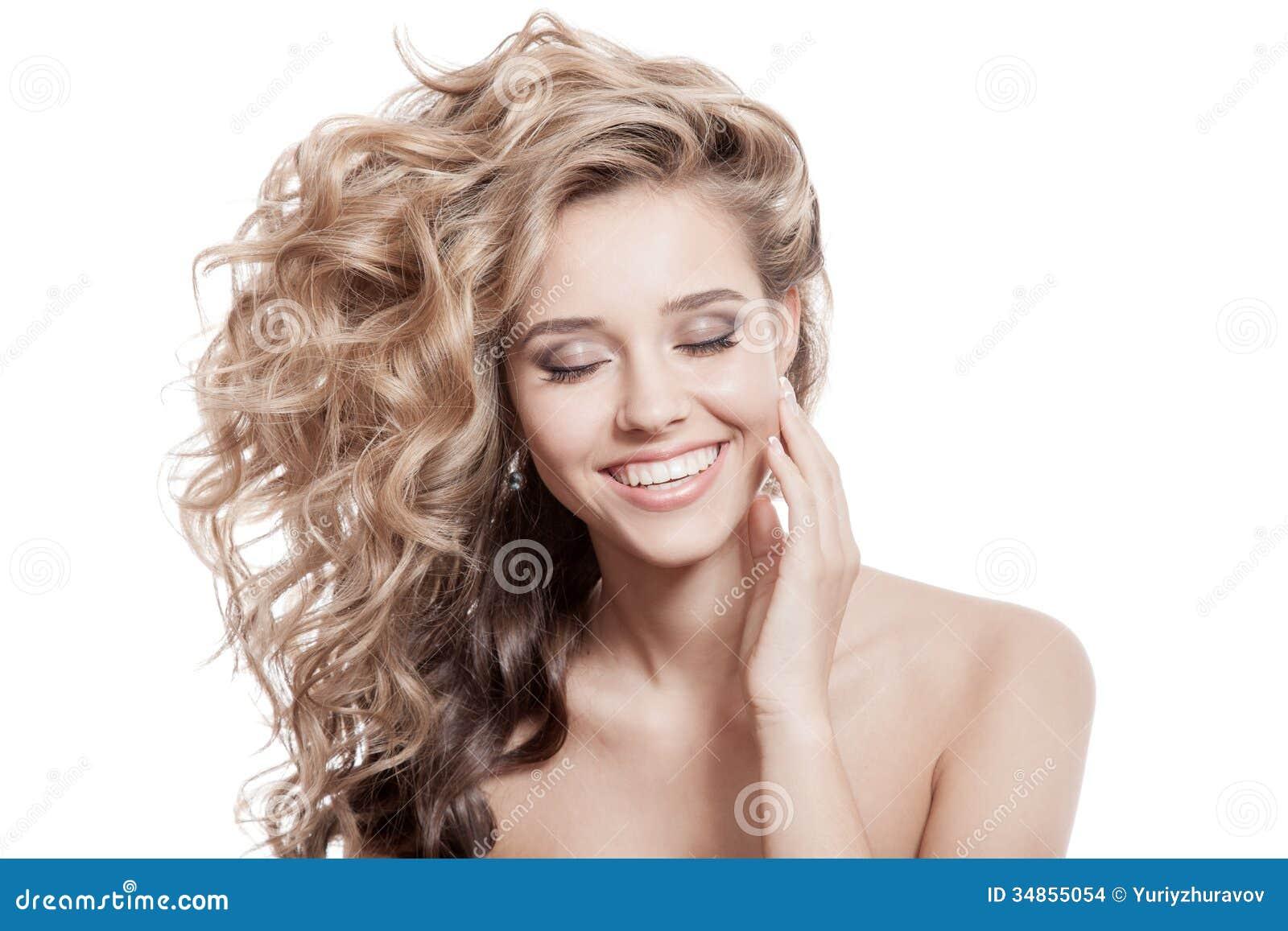 Belle femme de sourire. Longs cheveux bouclés sains