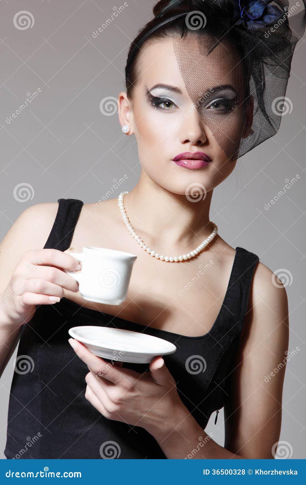 Belle femme en rétro portrait de beauté de charme de voile avec la tasse o