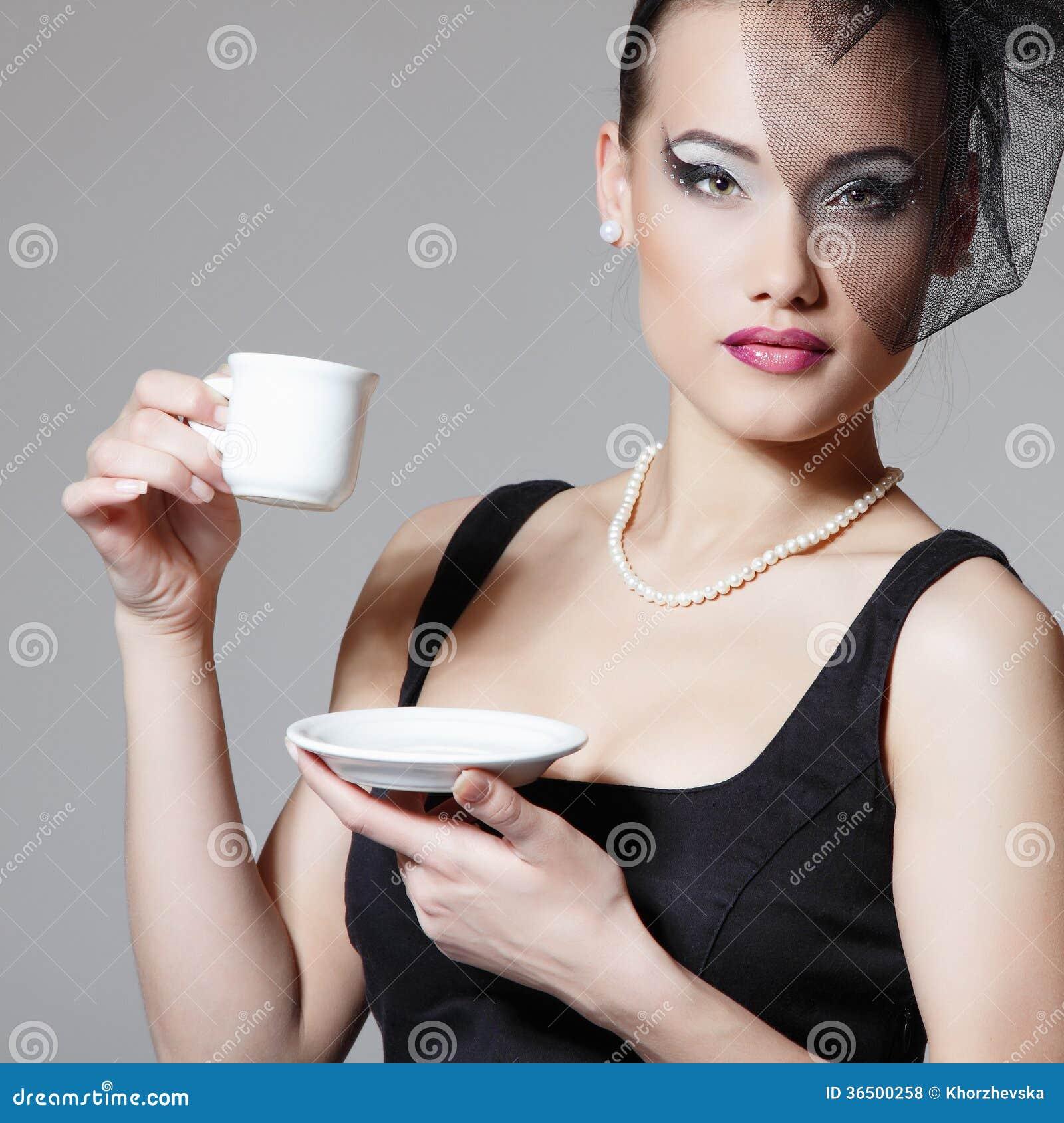 Belle femme en rétro portrait de beauté de voile avec la tasse de thé ou