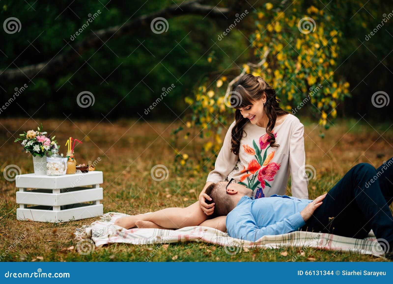 belle femme enceinte avec son mari beau se reposant gentiment dehors pendant l 39 automne sur le. Black Bedroom Furniture Sets. Home Design Ideas
