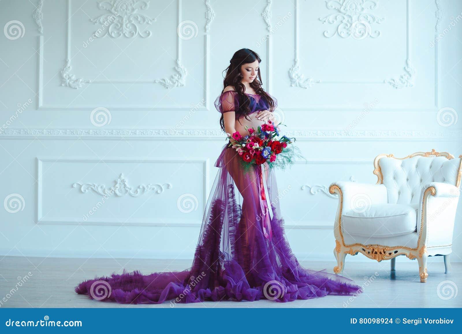belle femme enceinte dans la robe d 39 offre de violette l 39 int rieur classique de luxe grossesse. Black Bedroom Furniture Sets. Home Design Ideas