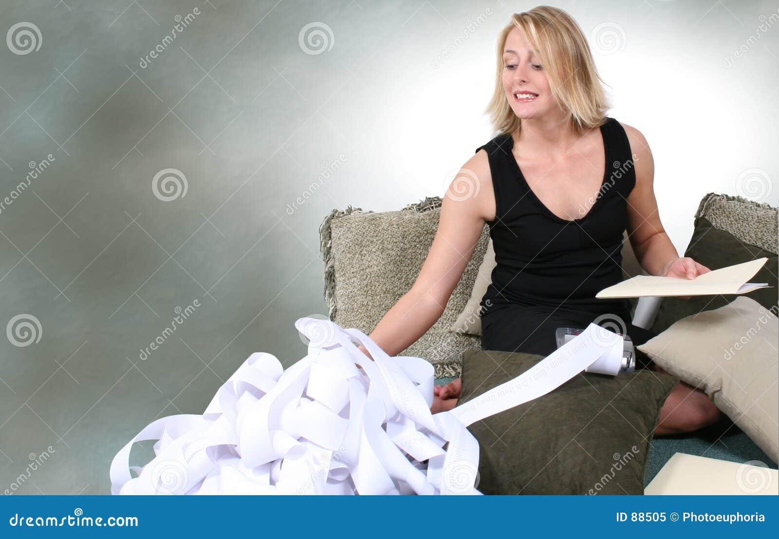 Belle femme faisant des impôts ou les économisant à la maison