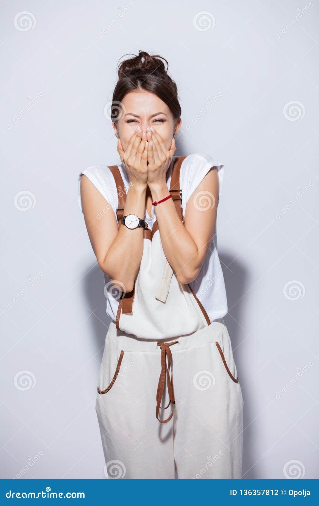 Belle femme heureuse étonnée dans l excitation D isolement sur le fond blanc