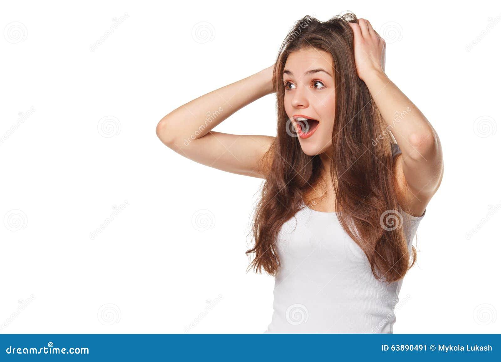 Belle femme heureuse étonnée regardant en longueur dans l excitation D isolement sur le fond blanc