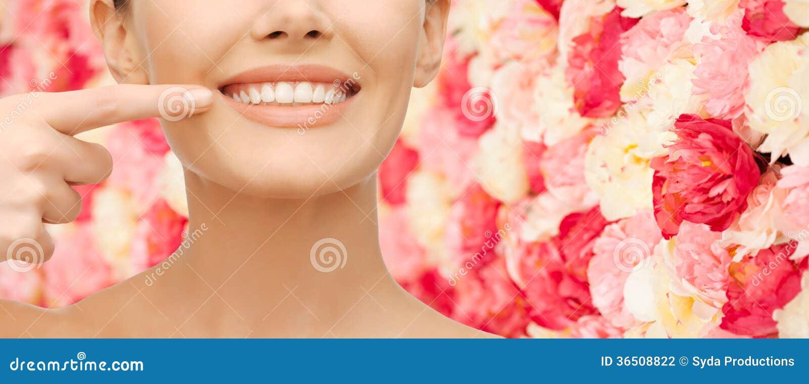 Belle femme indiquant des dents