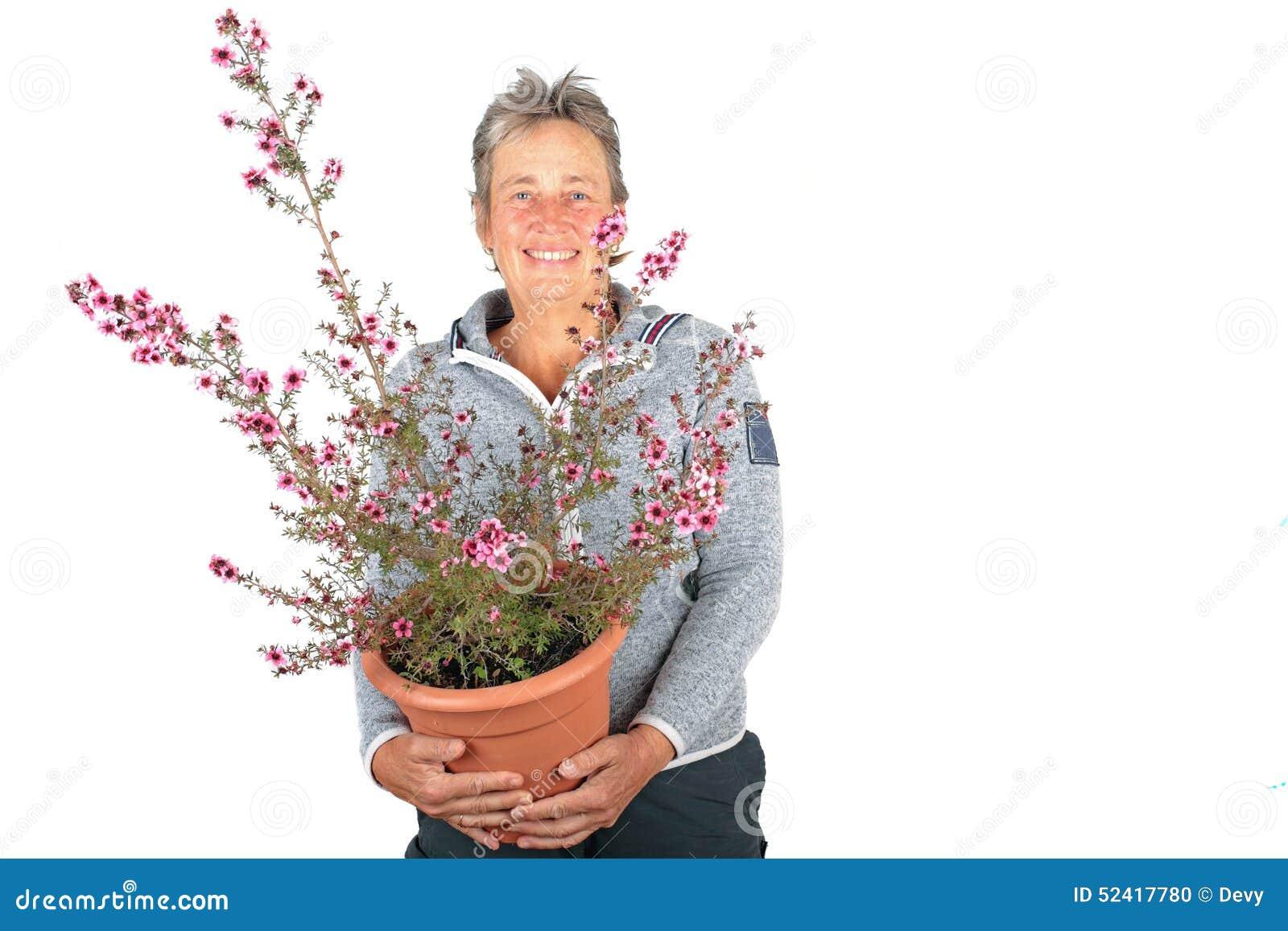 Belle femme mûre avec une belle usine de floraison