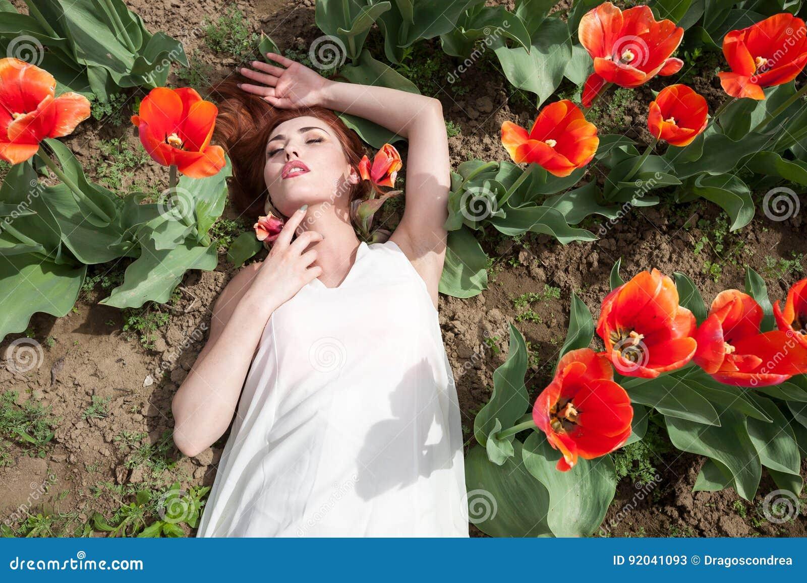 Belle Femme Magnifique Dans Le Domaine De Fleur Rouge Image Stock