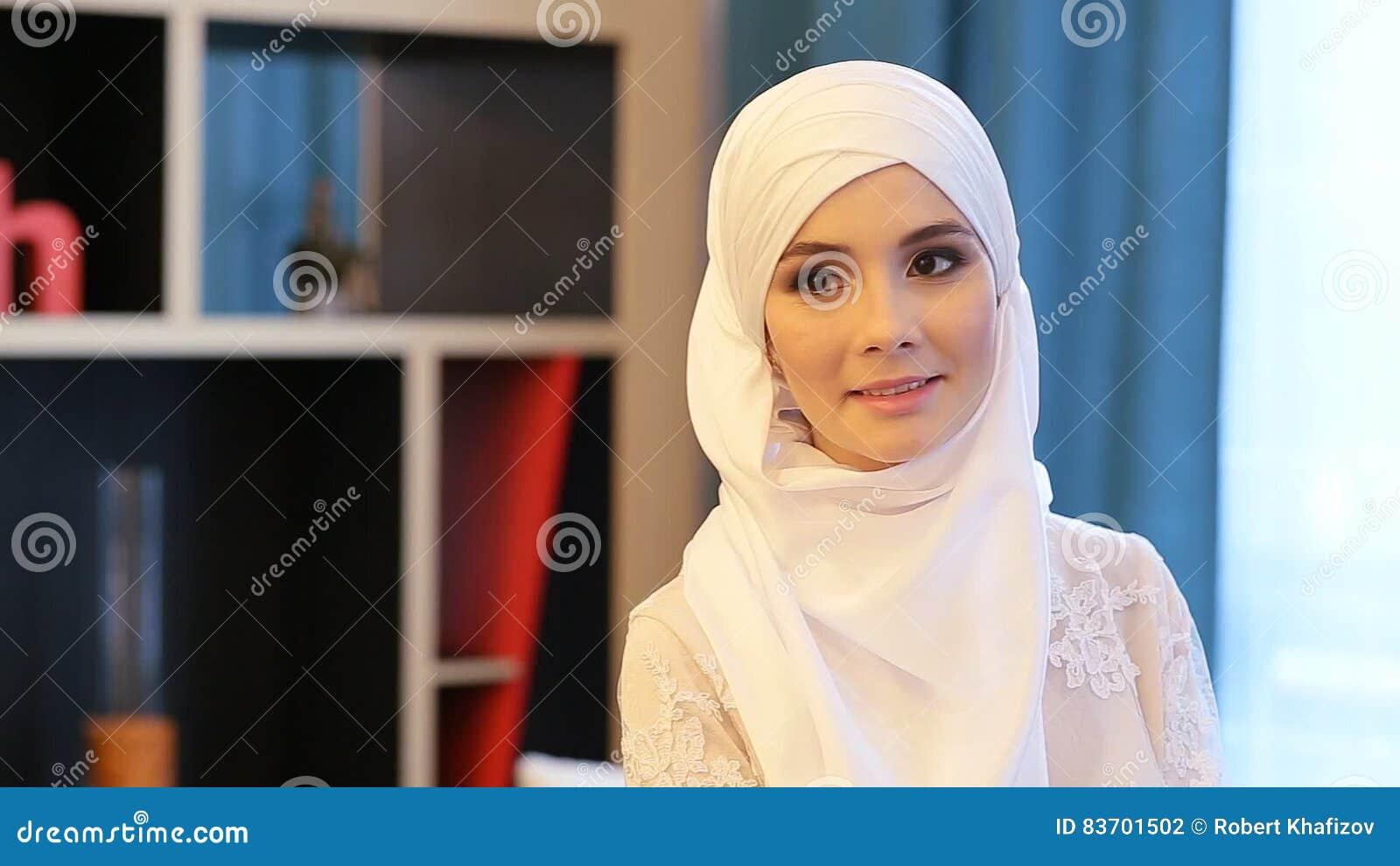 Belle Femme Musulmane Dans Une Robe De Mariage Blanche Banque De Vidéos ,  Vidéo du tête, ethnicity 83701502
