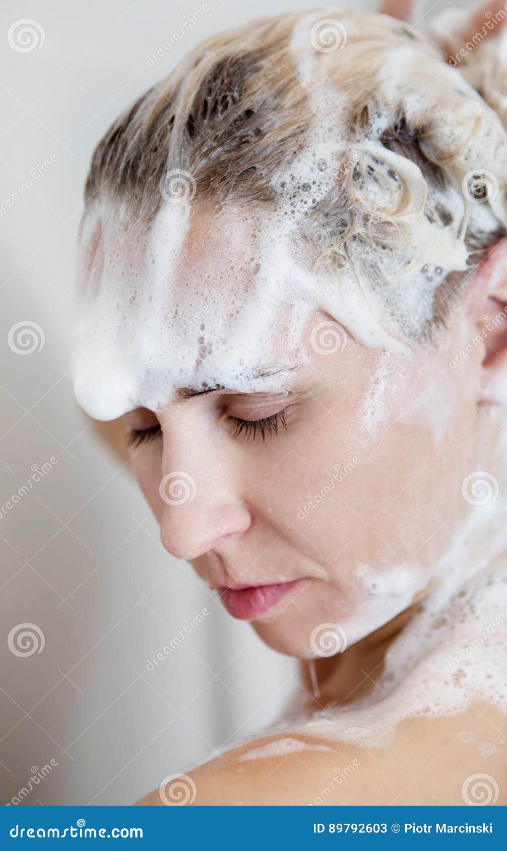 Belle Femme Nue Se Lavant Les Cheveux Tout En Prenant La