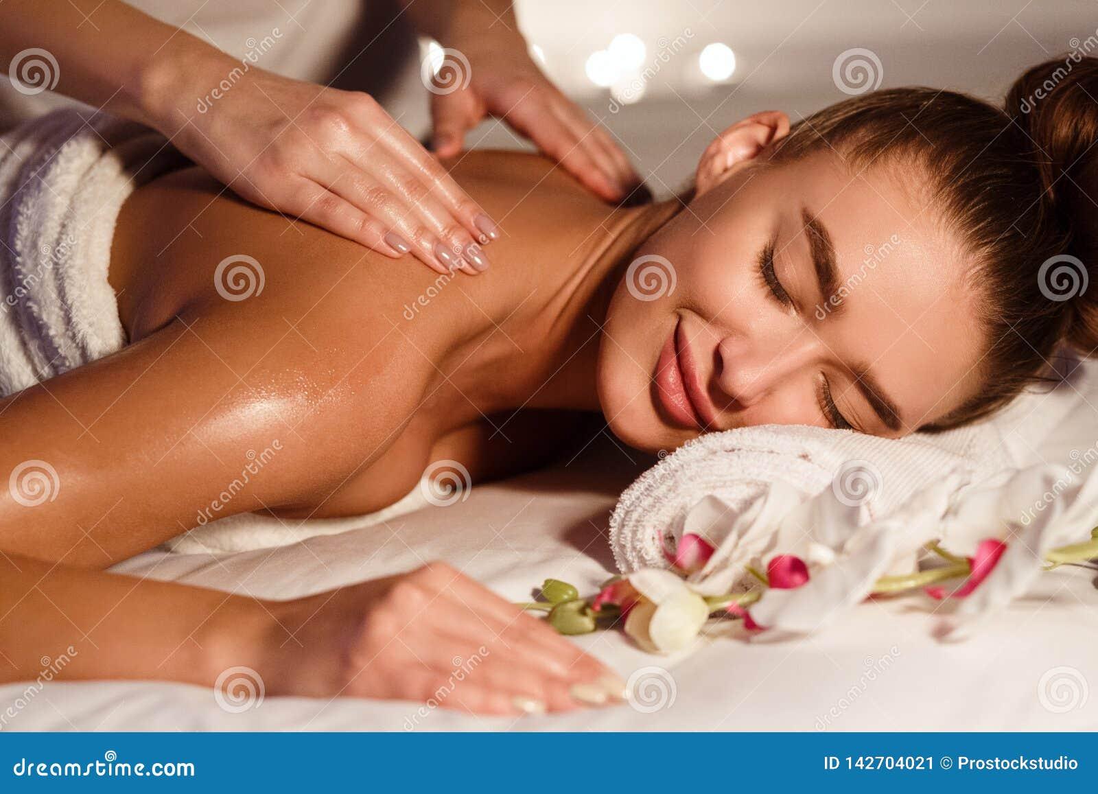Belle femme obtenant de détendre le massage au centre de station thermale