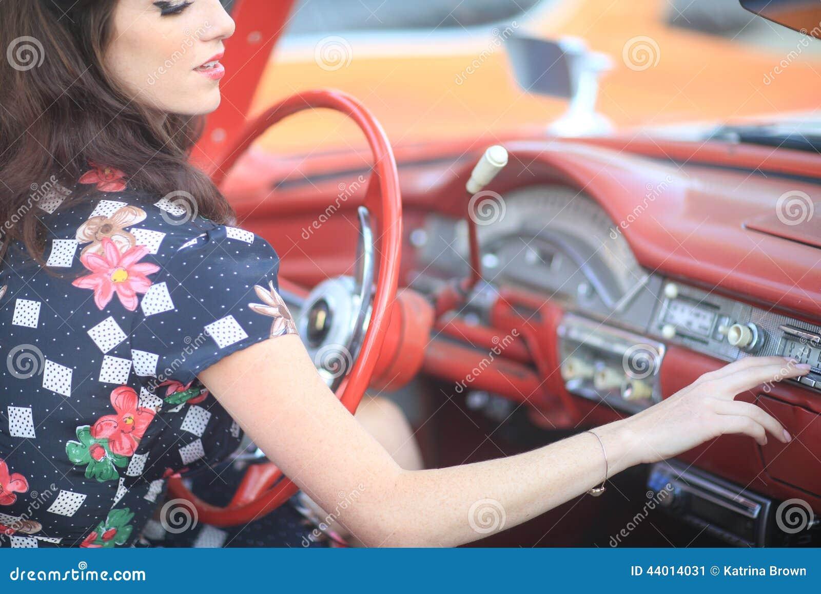 belle femme posant et et autour d 39 une voiture de vintage photo stock image 44014031. Black Bedroom Furniture Sets. Home Design Ideas