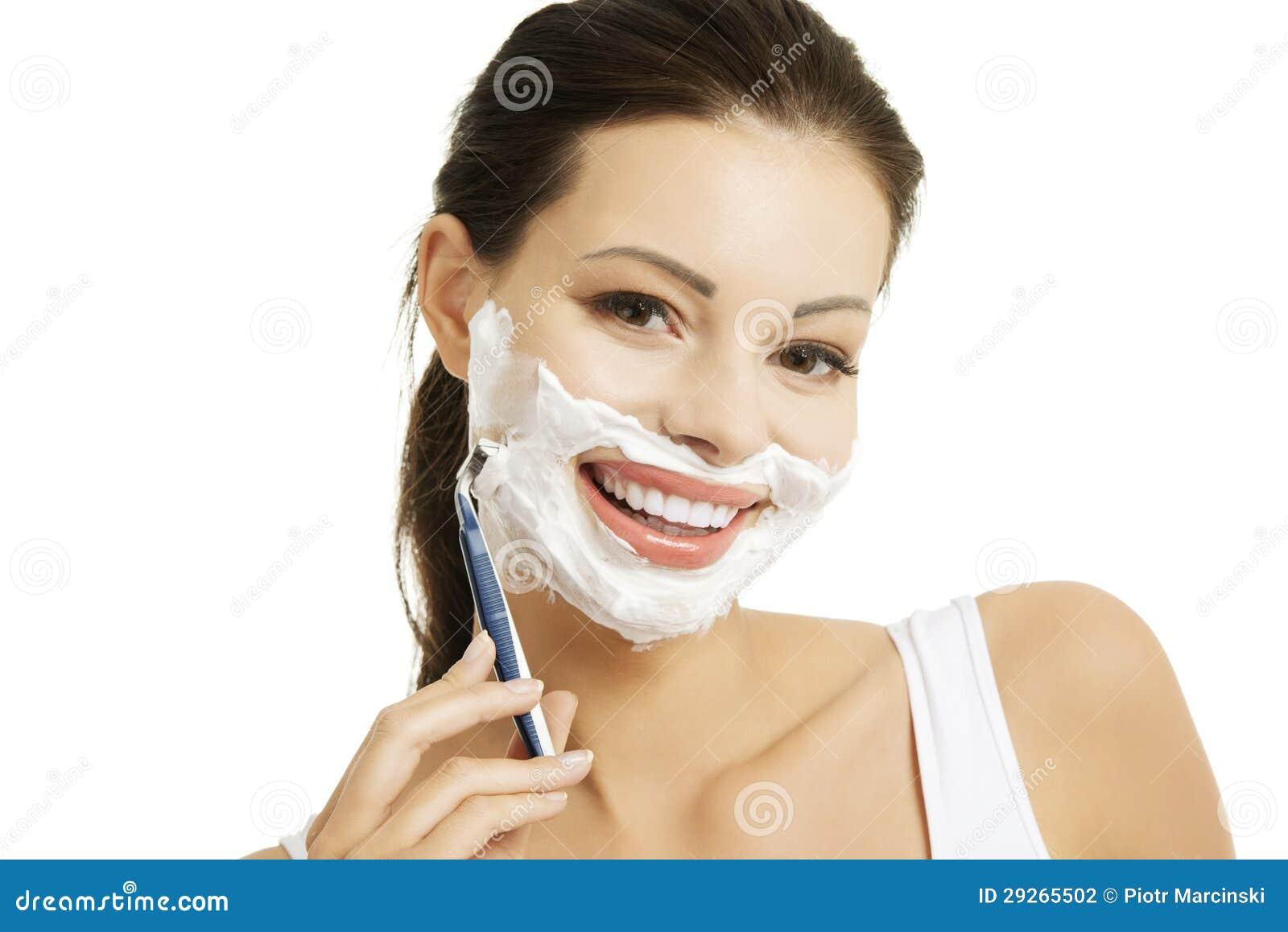 belle femme rasant son visage avec un rasoir photographie. Black Bedroom Furniture Sets. Home Design Ideas