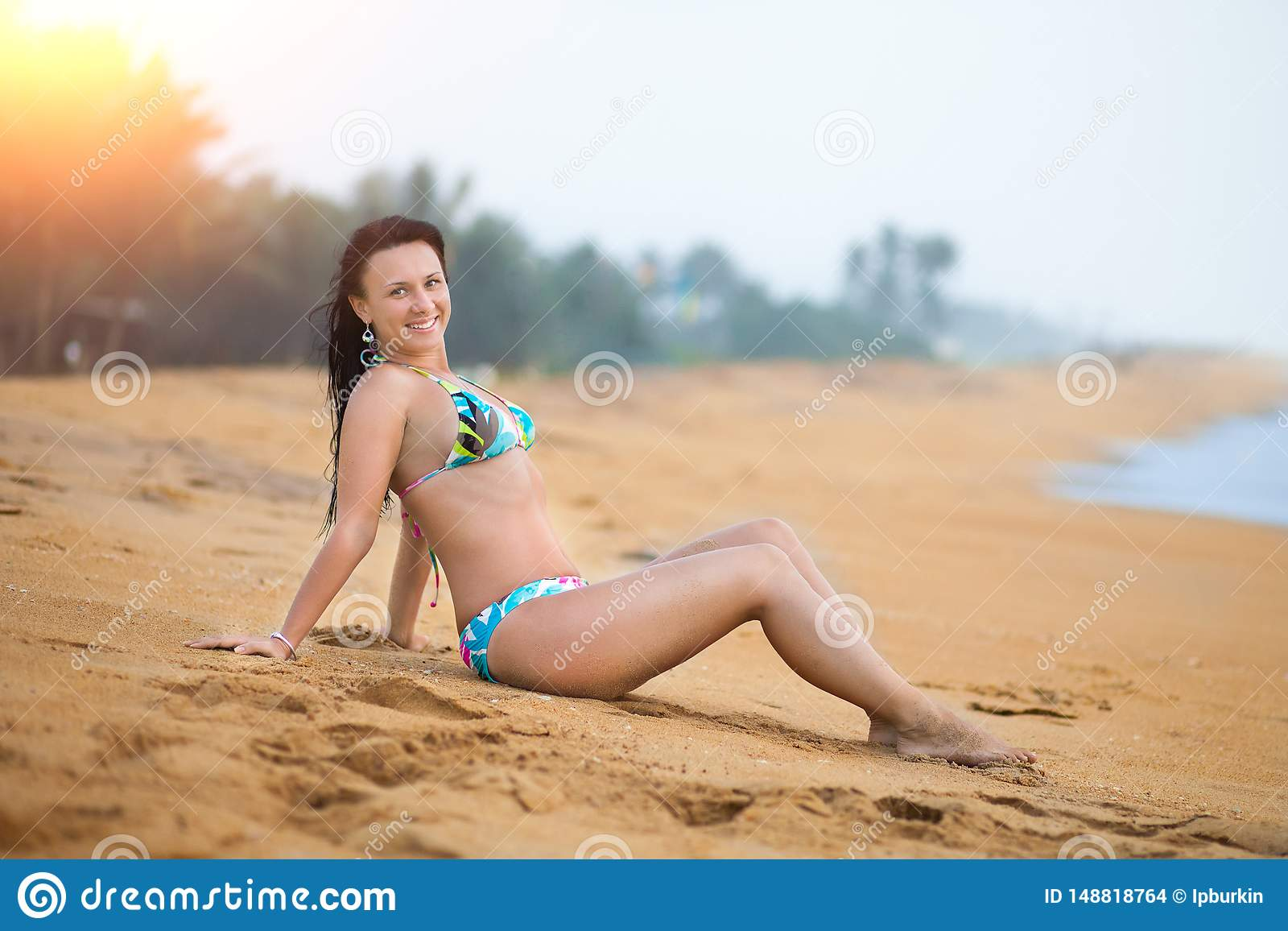 Belle femme se trouvant sur le sable sur la plage en ?t? Femme joyeuse insouciante de bonheur de vacances d ?t?