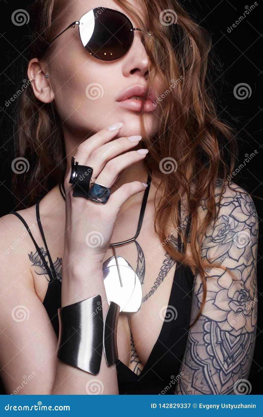 Les Femmes Sexy Avec Des Tatouages Moitracticpaureurest Over Blog Com