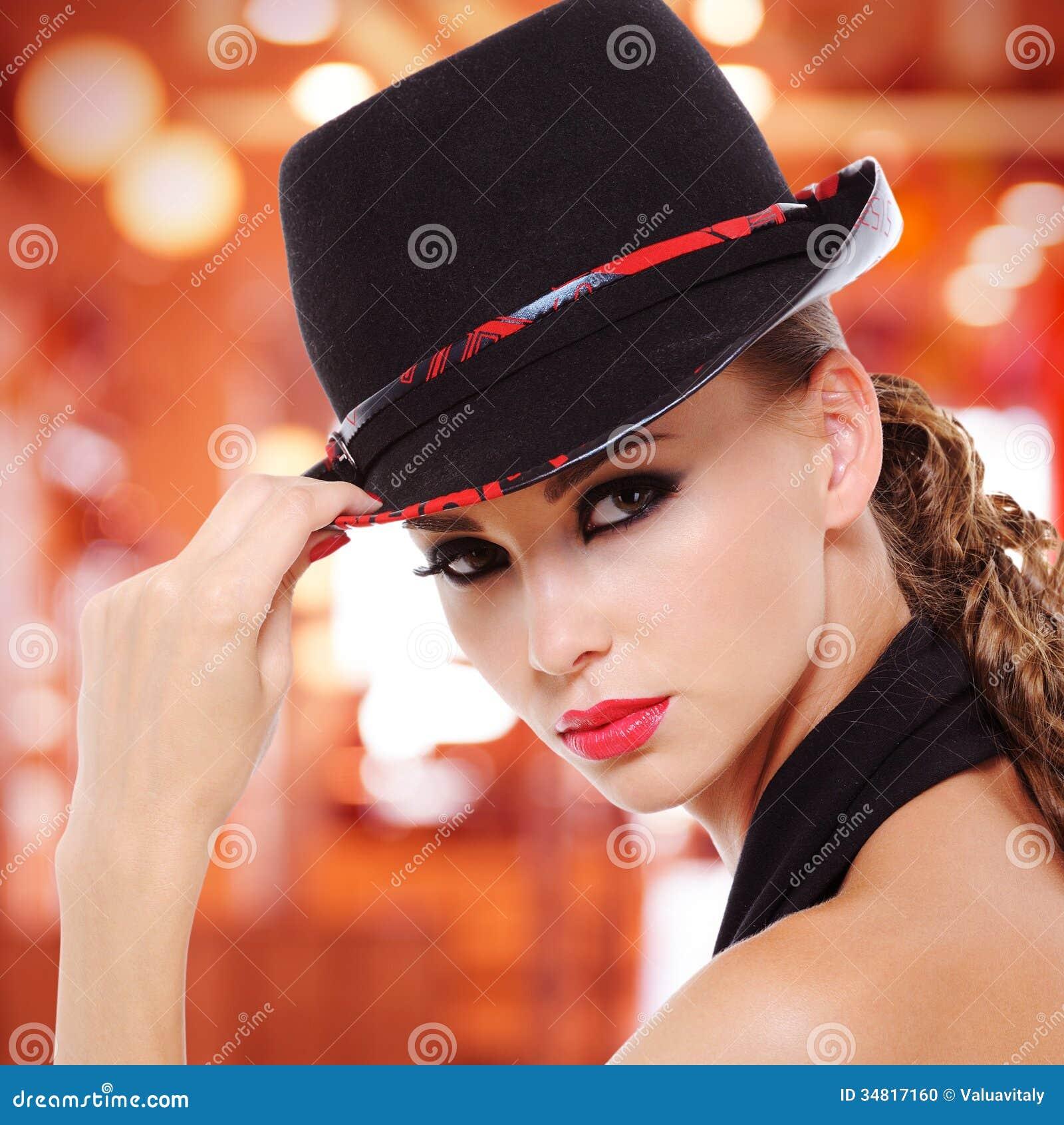 **    SALUONS      LES      DAMES     AUX    CHAPEAUX     ** - Page 3 Belle-femme-sexy-avec-les-l%C3%A8vres-rouges-et-le-chapeau-noir-34817160