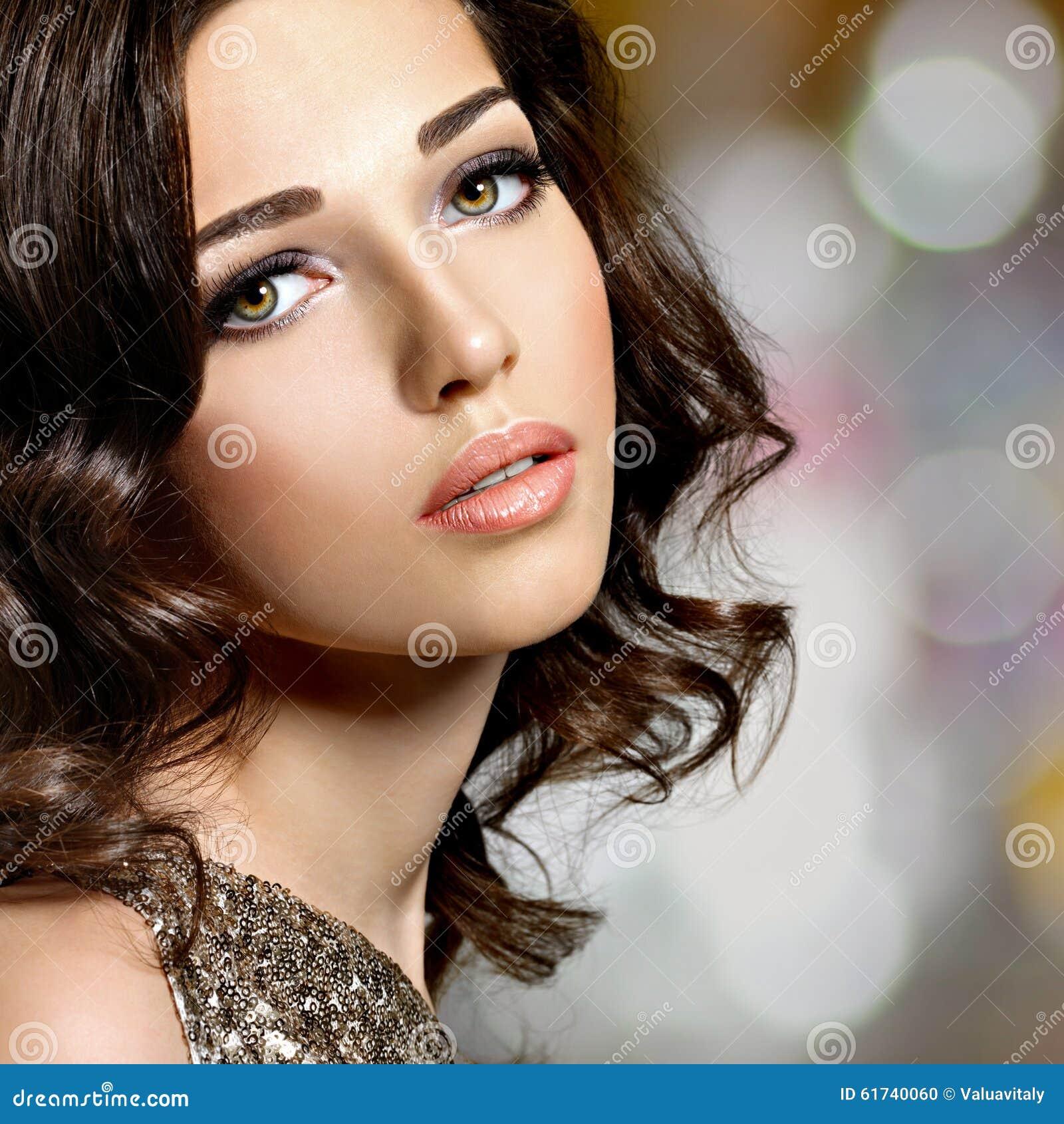 Belle femme sexy avec les poils bouclés de broun