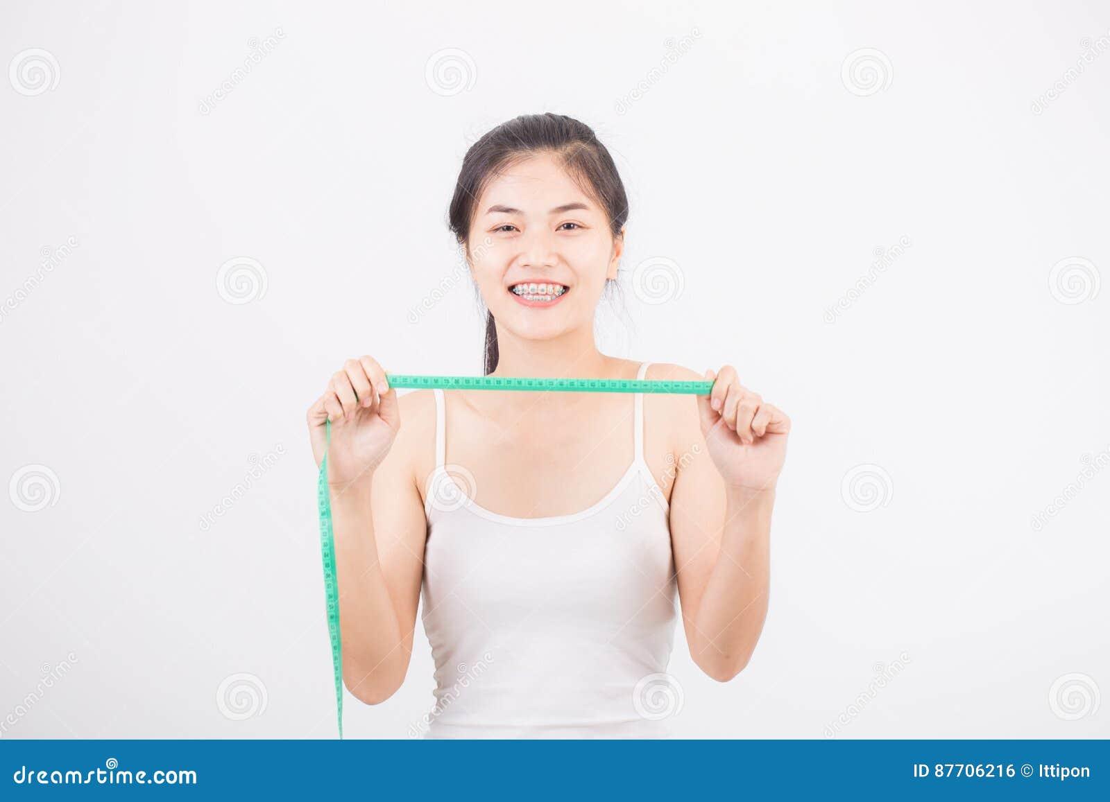 Belle femme sportive avec la mesure