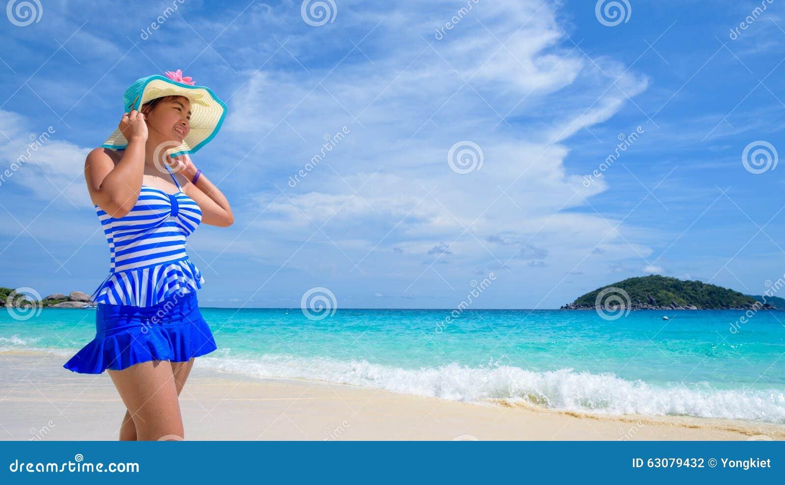 Download Belle Femme Sur La Plage En Thaïlande Photo stock - Image du mignon, loisirs: 63079432