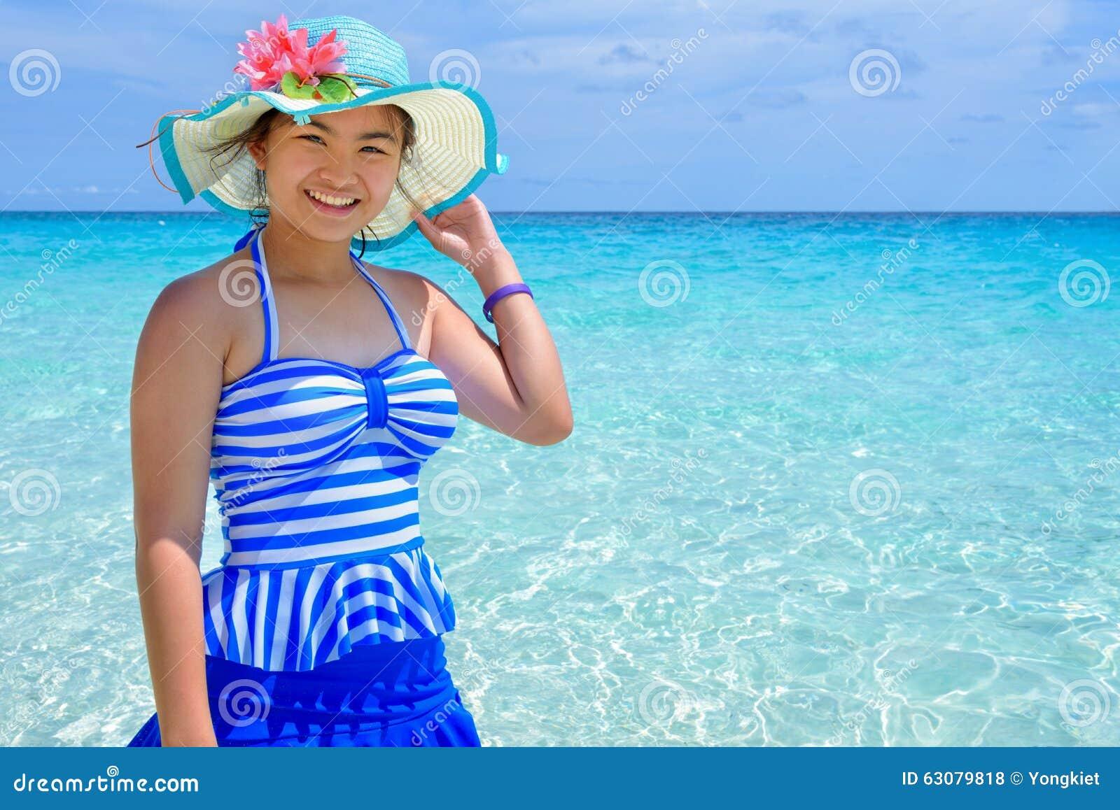 Download Belle Femme Sur La Plage En Thaïlande Photo stock - Image du ciel, détendez: 63079818