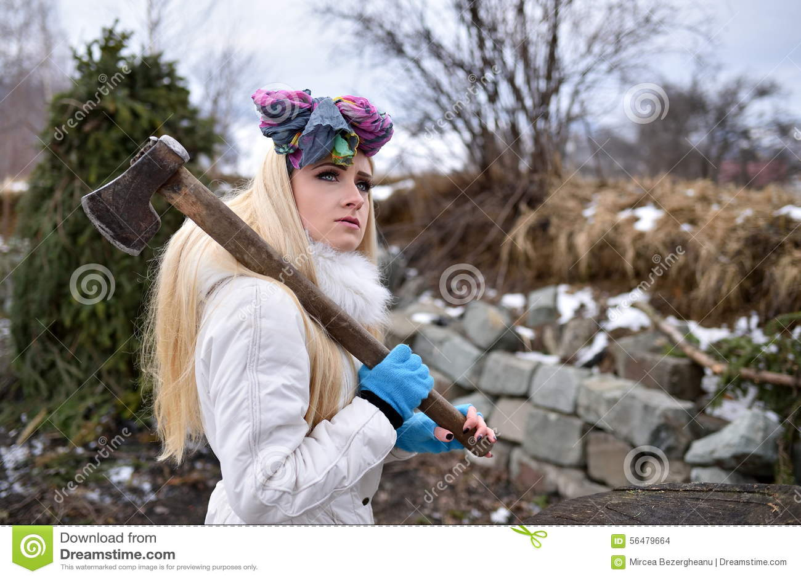 Belle femme tenant la hache dans sa main