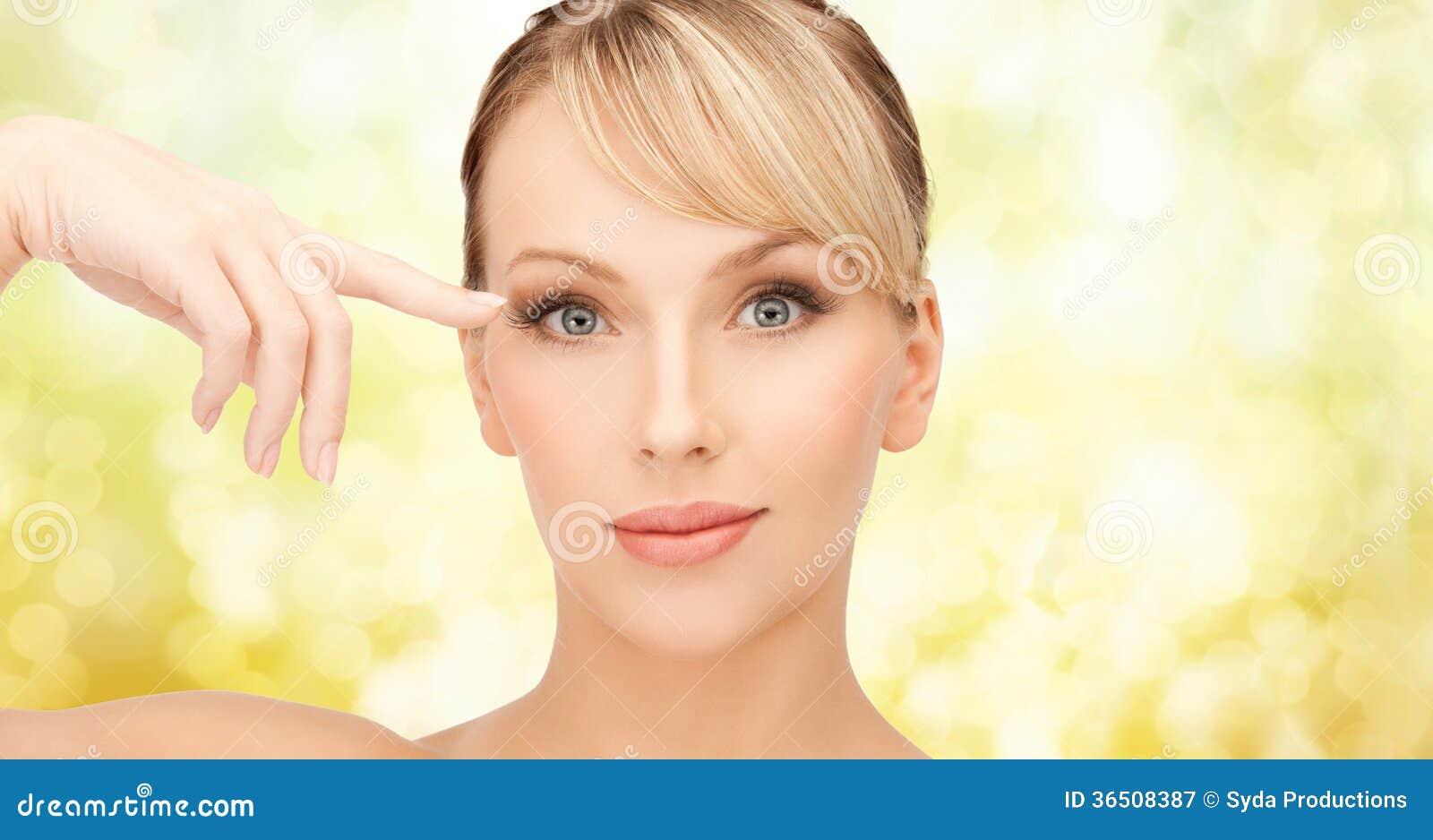 Belle femme touchant son secteur d oeil