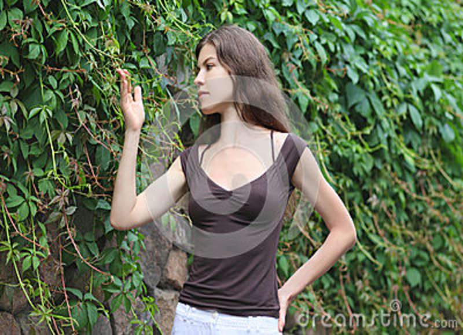 Belle fille appréciant la nature La jeune femme contemplent l usine