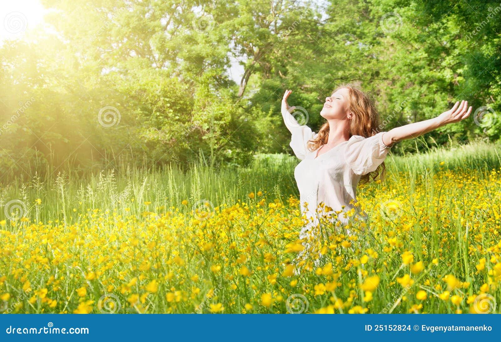Belle fille appréciant le soleil d été