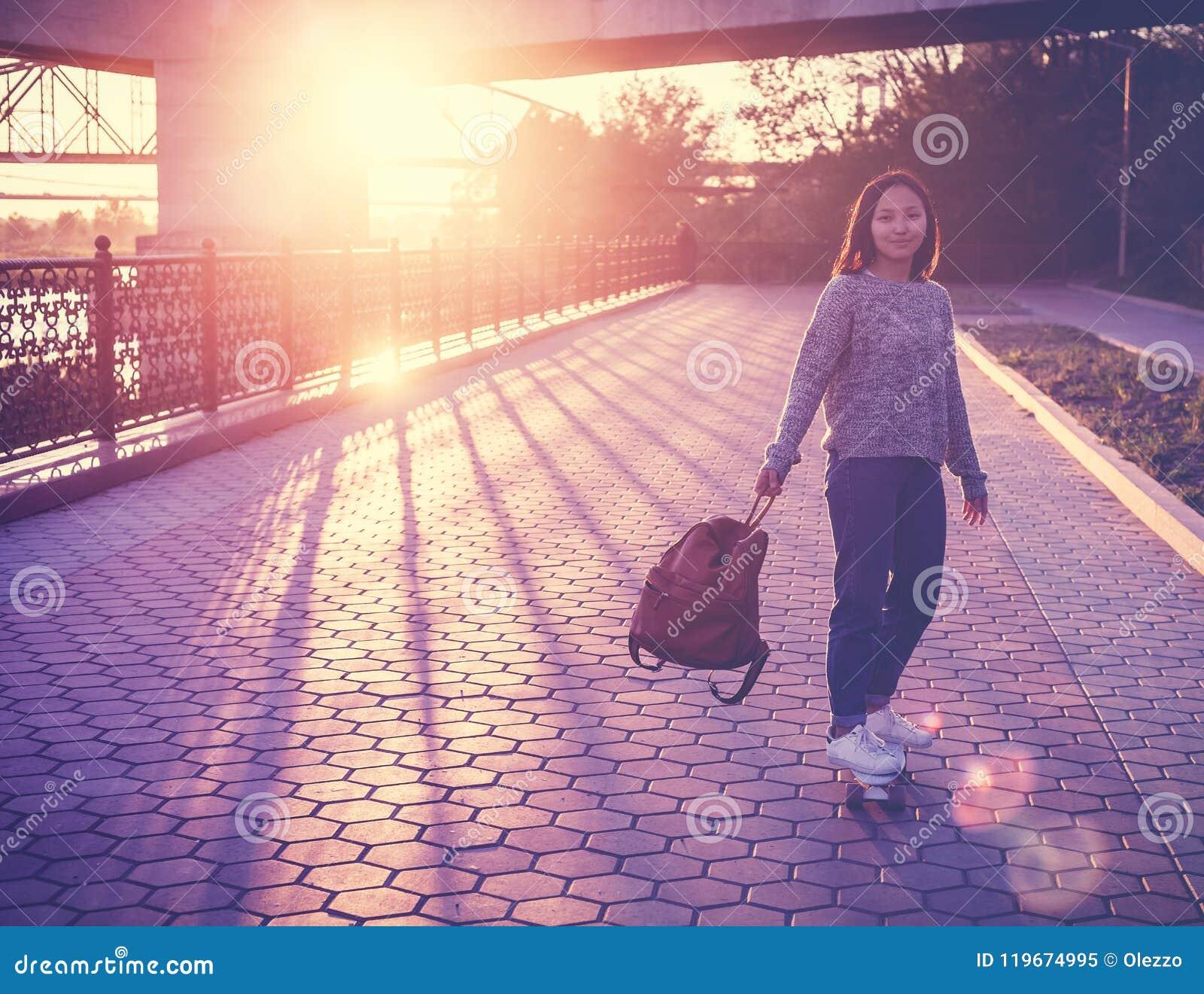 Belle fille asiatique de 15-16 années, adolescente millenial sur s