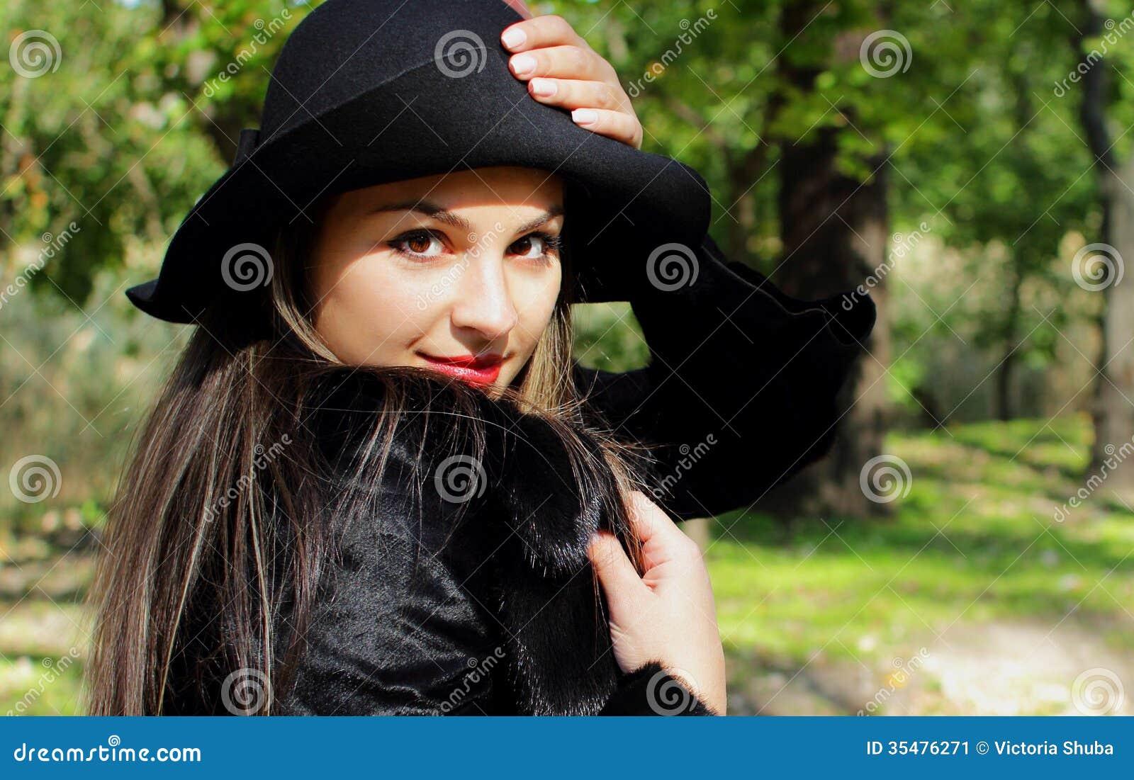 belle fille avec de longs cheveux et un chapeau image. Black Bedroom Furniture Sets. Home Design Ideas