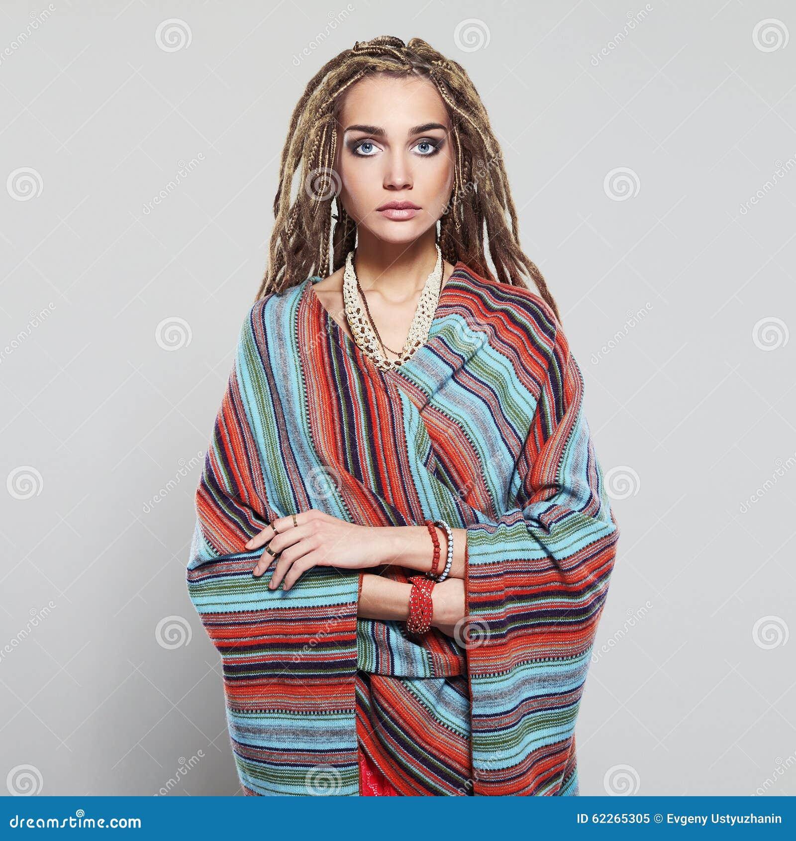 belle fille avec des dreadlocks jolie jeune femme avec la coiffure africaine de tresses hippie. Black Bedroom Furniture Sets. Home Design Ideas