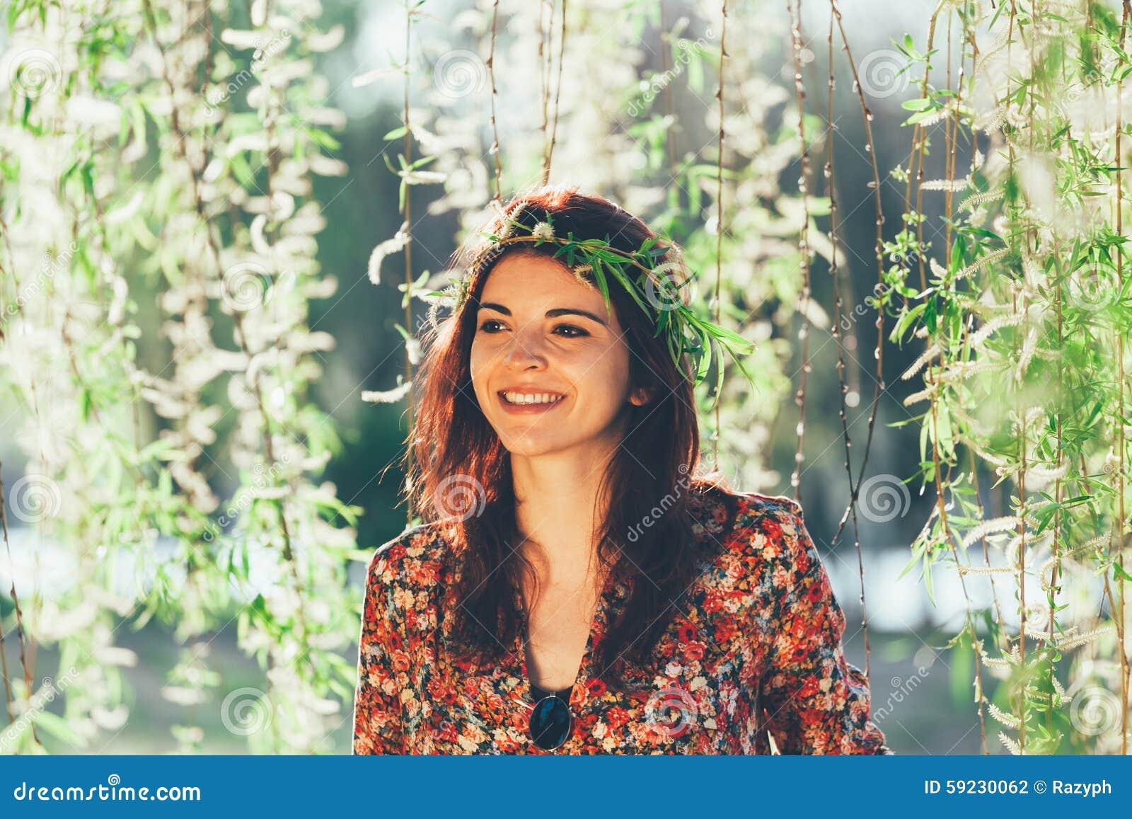 Belle fille avec la guirlande de branches
