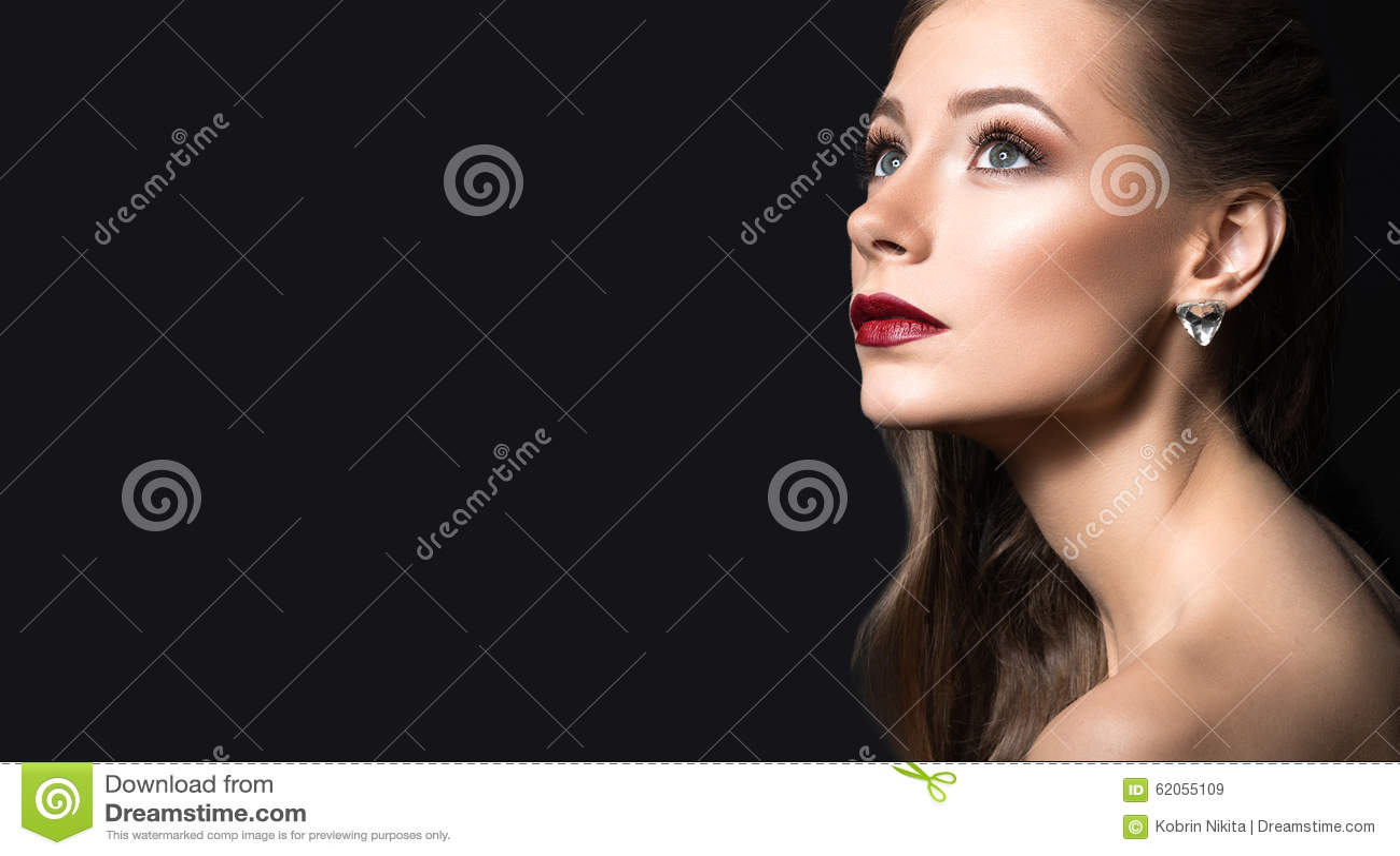 Belle fille avec la peau parfaite, les lèvres foncées et