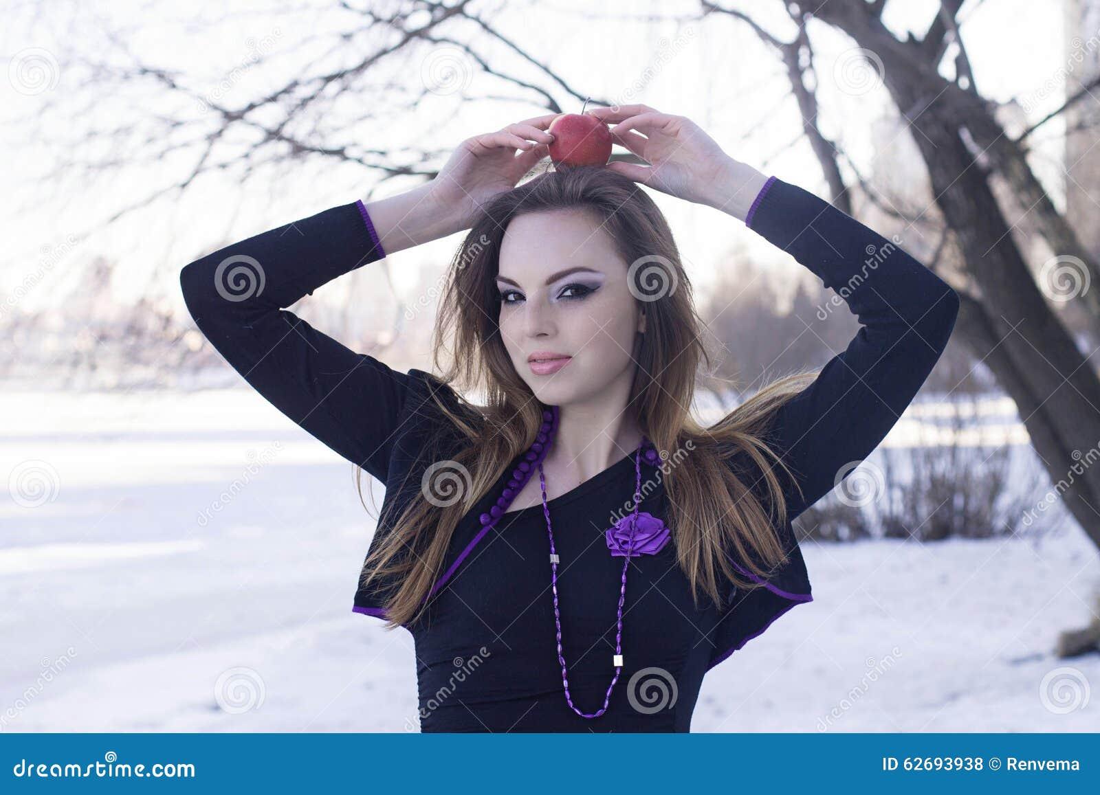 Belle fille avec la pomme sur sa tête