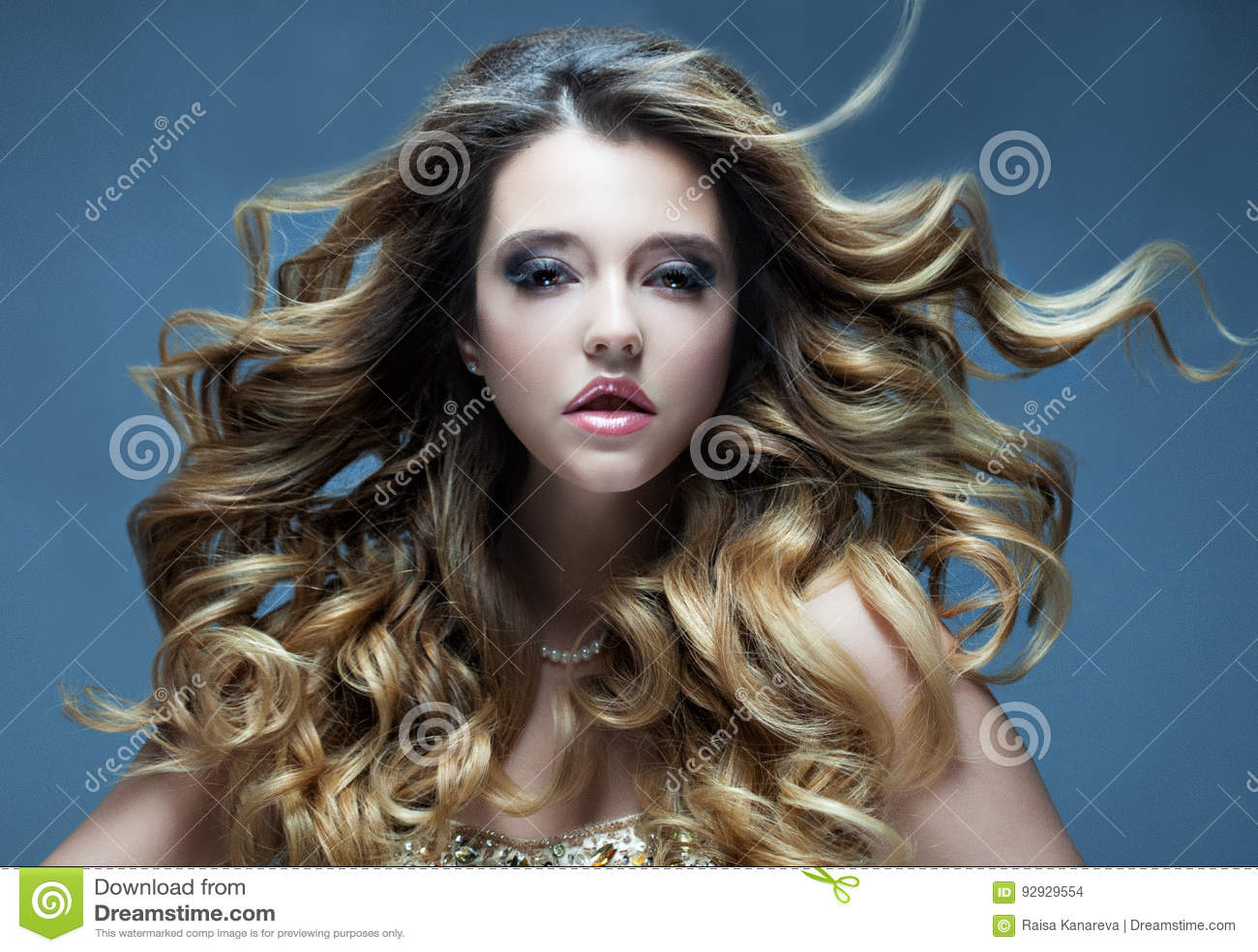 Belle Fille Avec Le Long Cheveu Ondule Blonde Avec La Coiffure