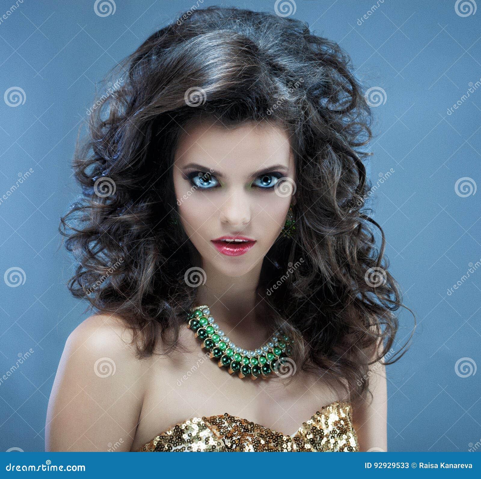 Belle Fille Avec Le Long Cheveu Ondulé Brune Avec La Coiffure