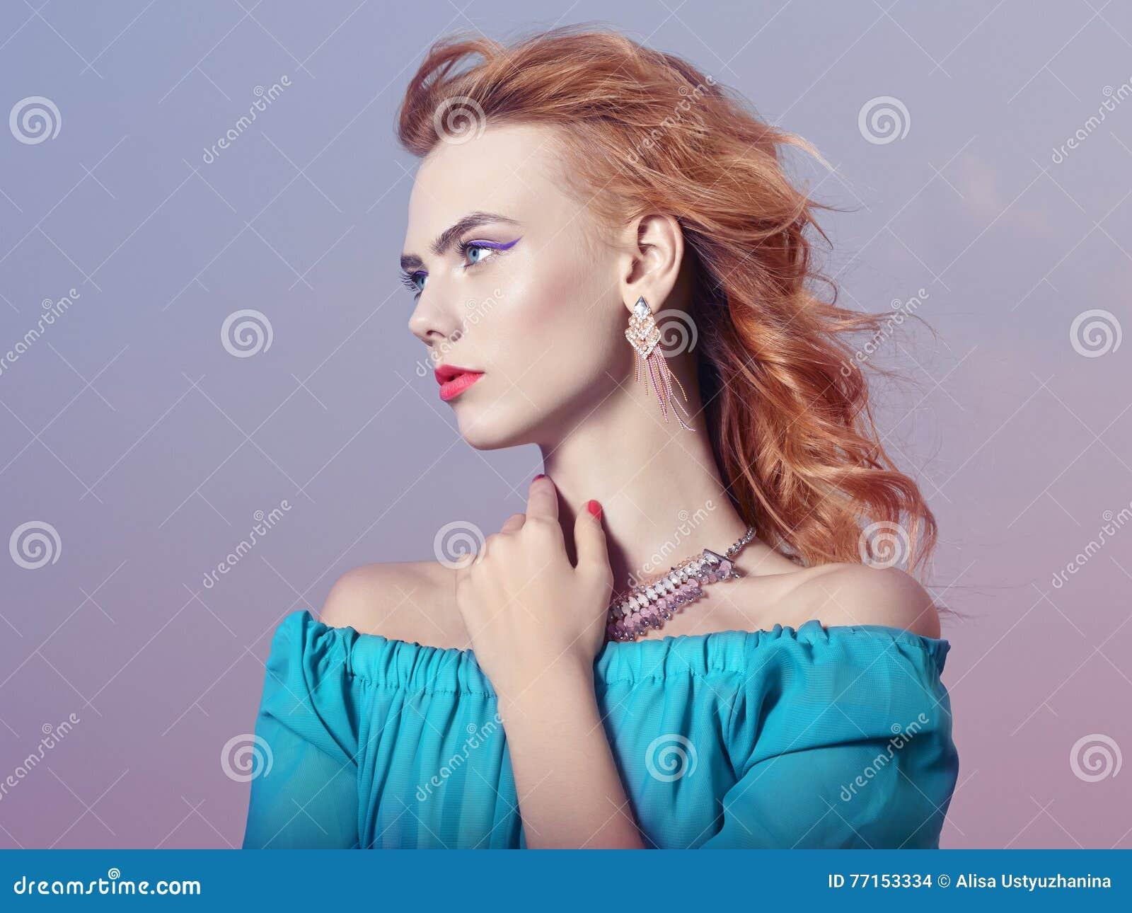 Belle fille avec le maquillage avec des bijoux