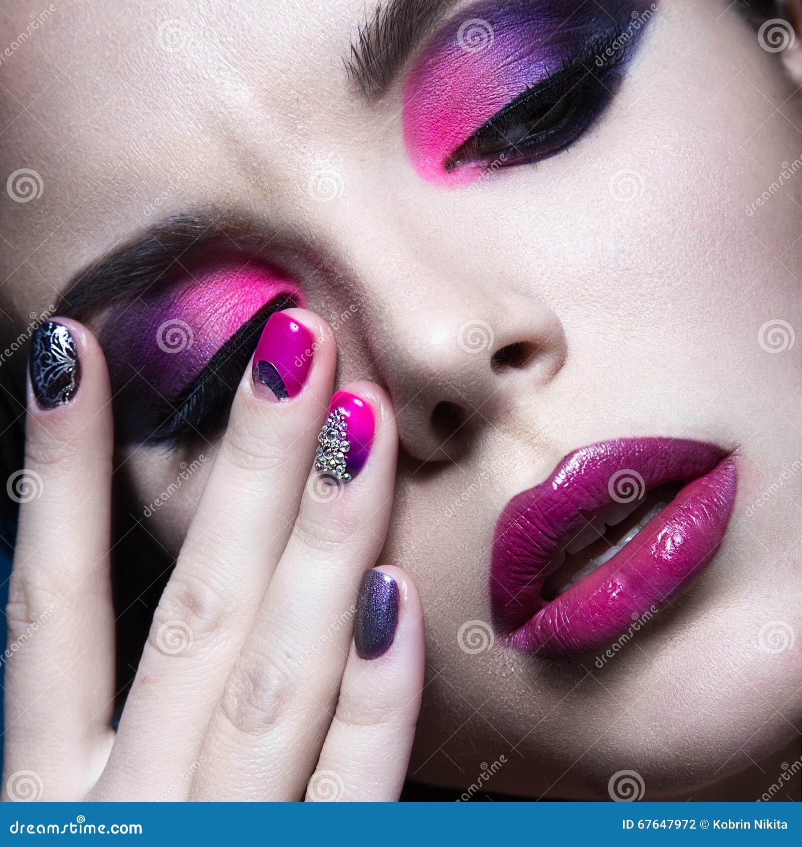 belle fille avec le maquillage cratif lumineux de mode et le vernis ongles color conception - Colori Maquillage