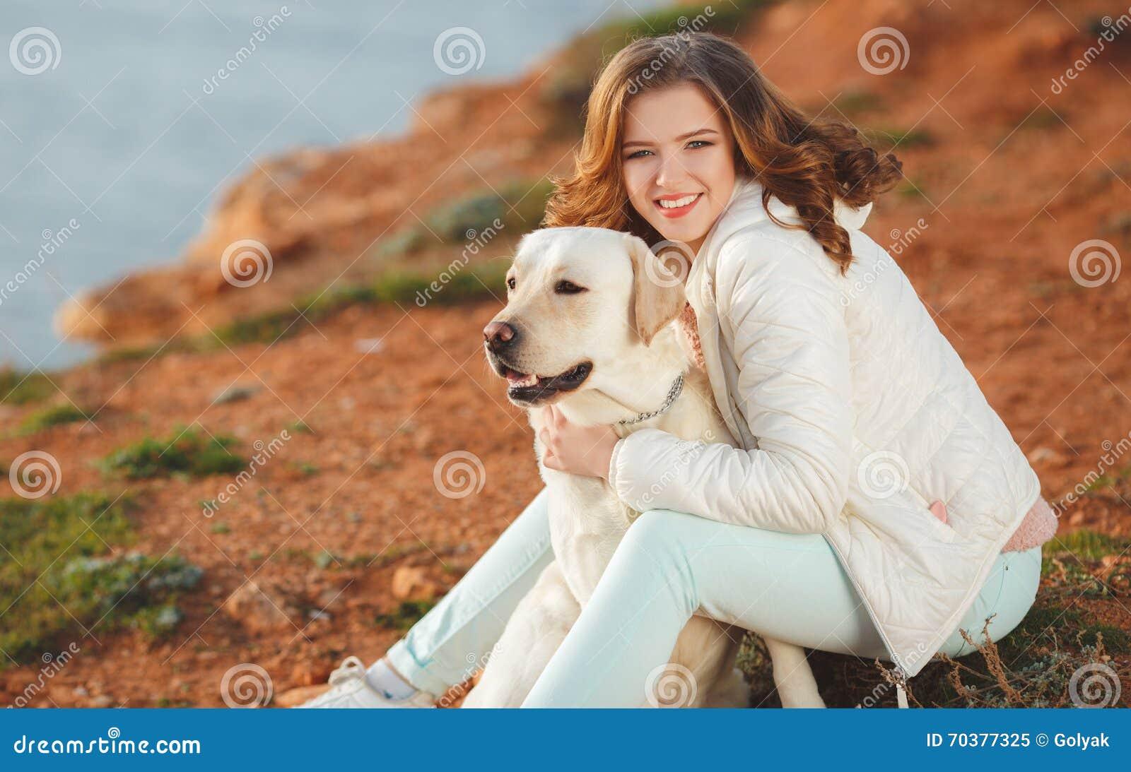 Belle Fille Avec Son Chien Près De Mer Image stock - Image