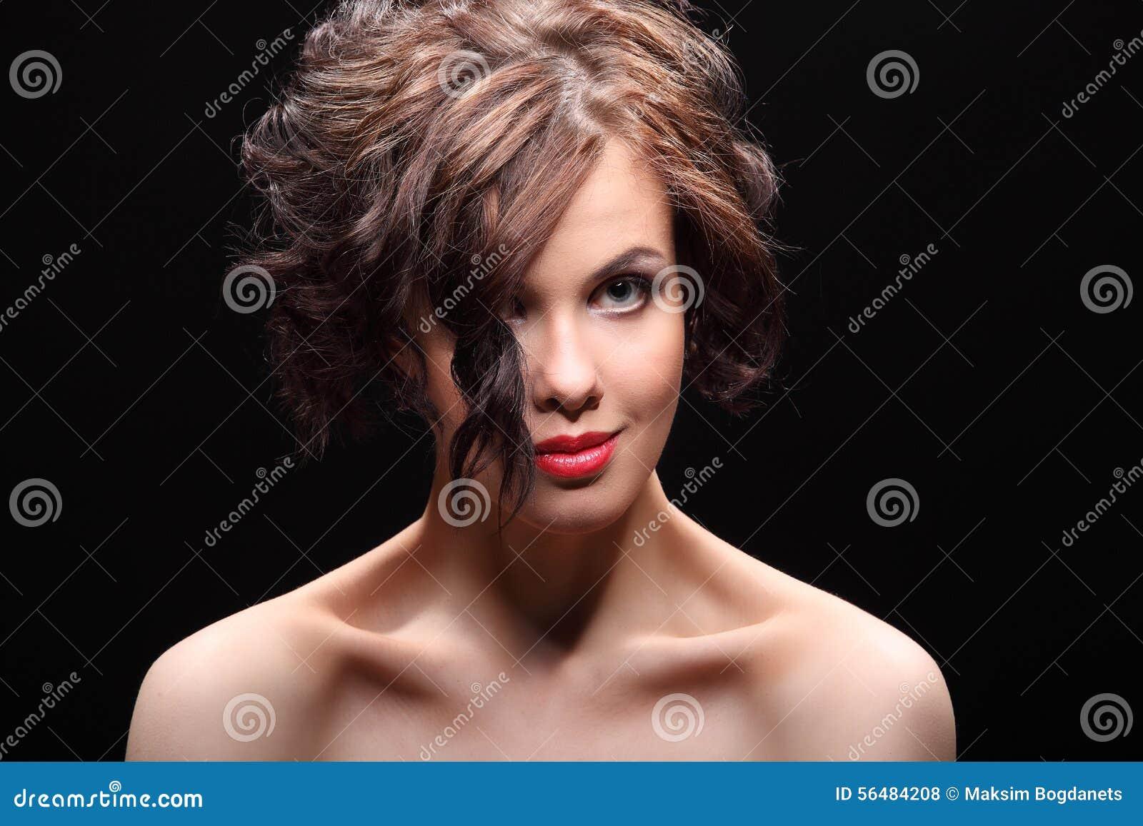 Belle fille avec une cicatrice sur le visage et l épaule