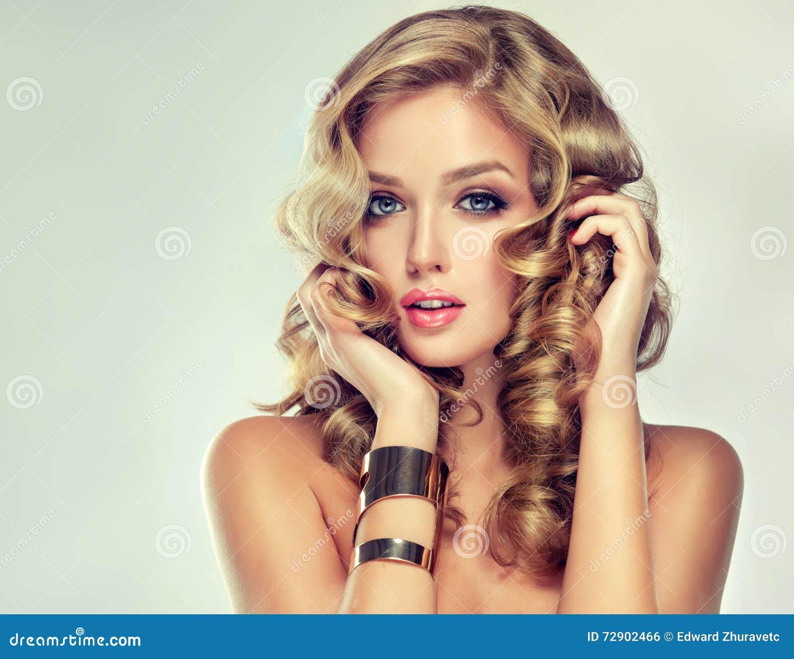 Belle fille avec une coiffure élégante