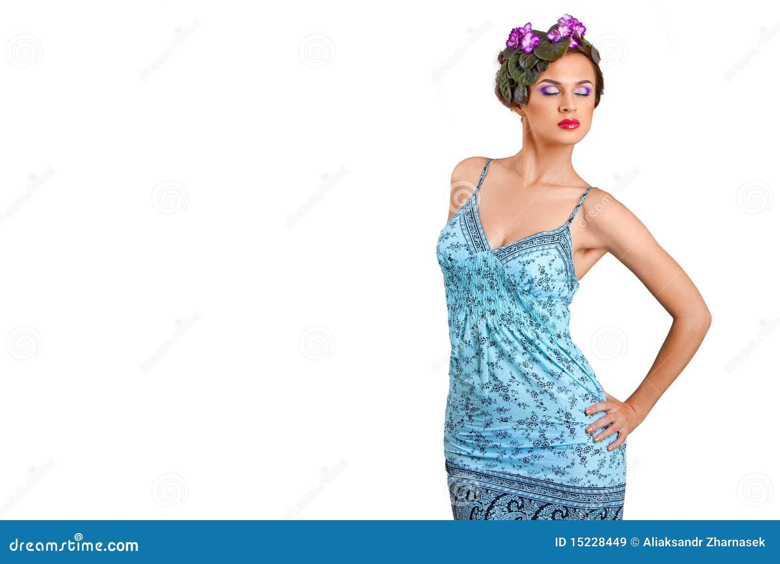 Belle fille avec une guirlande des fleurs