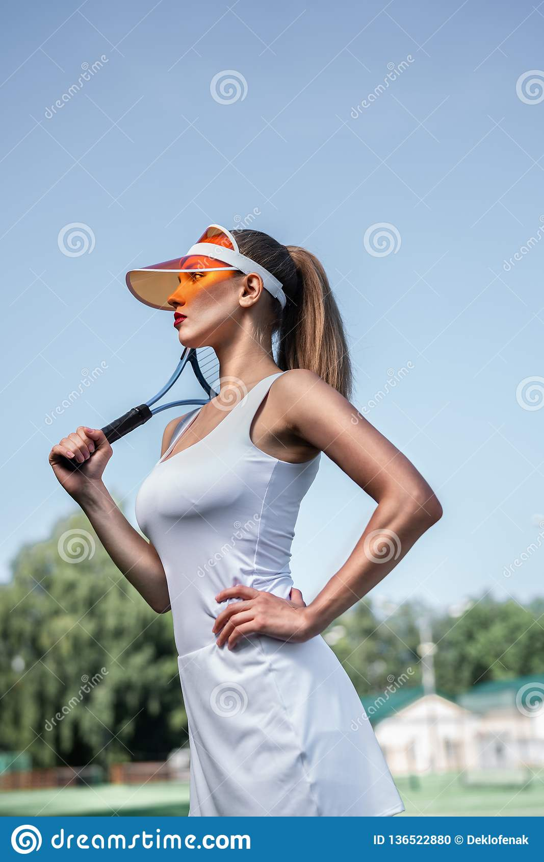Belle fille avec une raquette de tennis